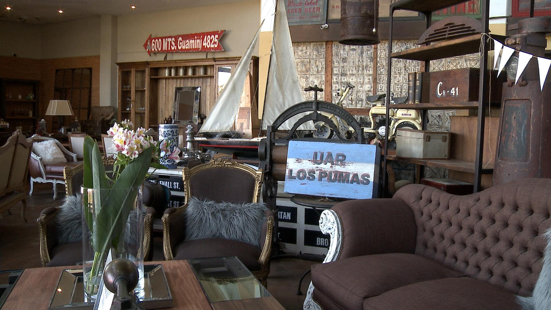 Sillones rústicos con almohadones de piel modernos, mesas de vidrio en mix con maderas. Carteles con mensajes, frases e indicaciones al estilo vintage que son adquiridos por los argentinos para decorar los ambientes de los hogares