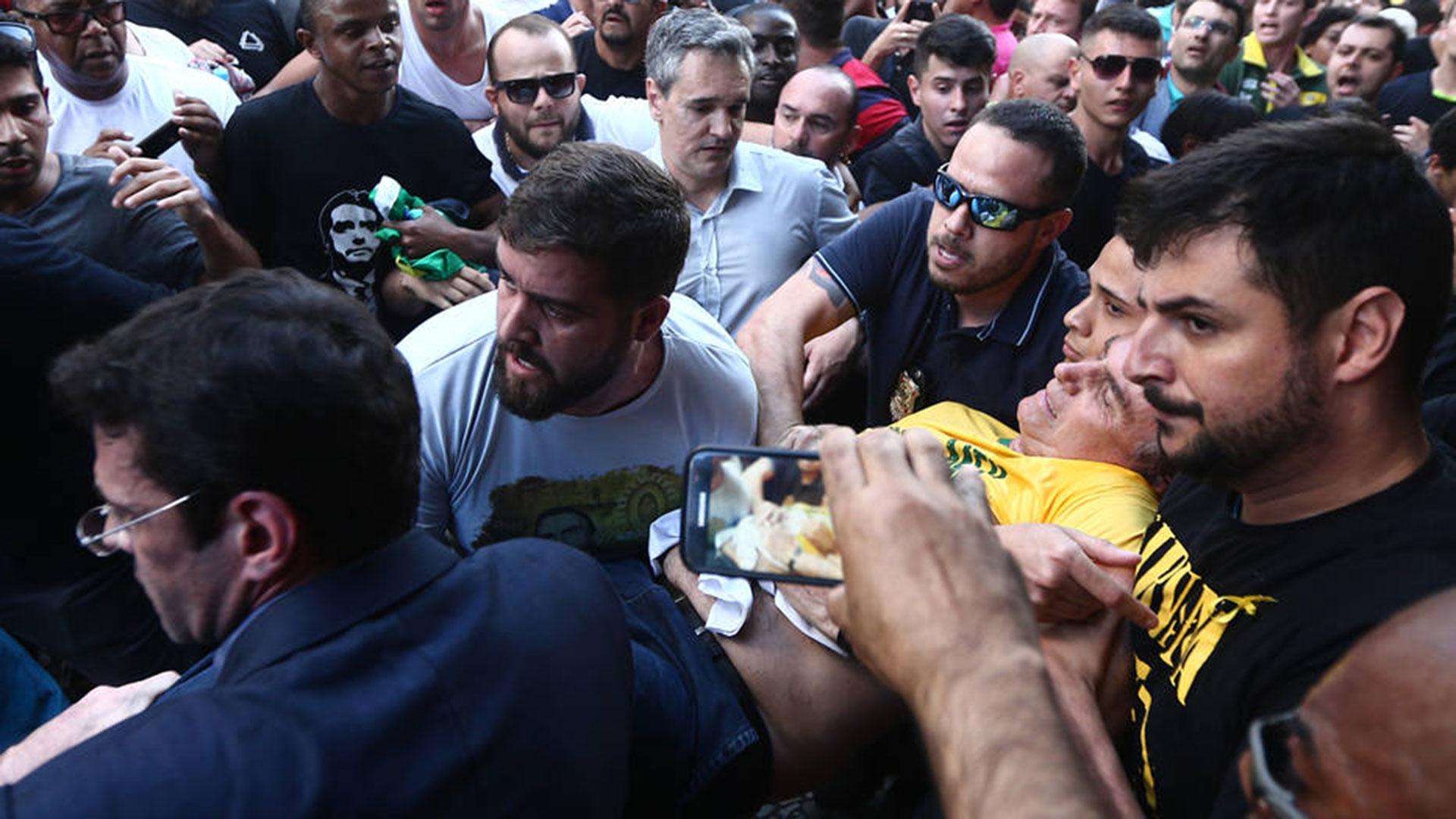 El general retirado Jair Bolsonaro fue apuñalado durante un acto de campaña en Minas Geraisel 6 de septiembre por un sujeto que fue detenido rápidamente por la multitud que lo rodeaba