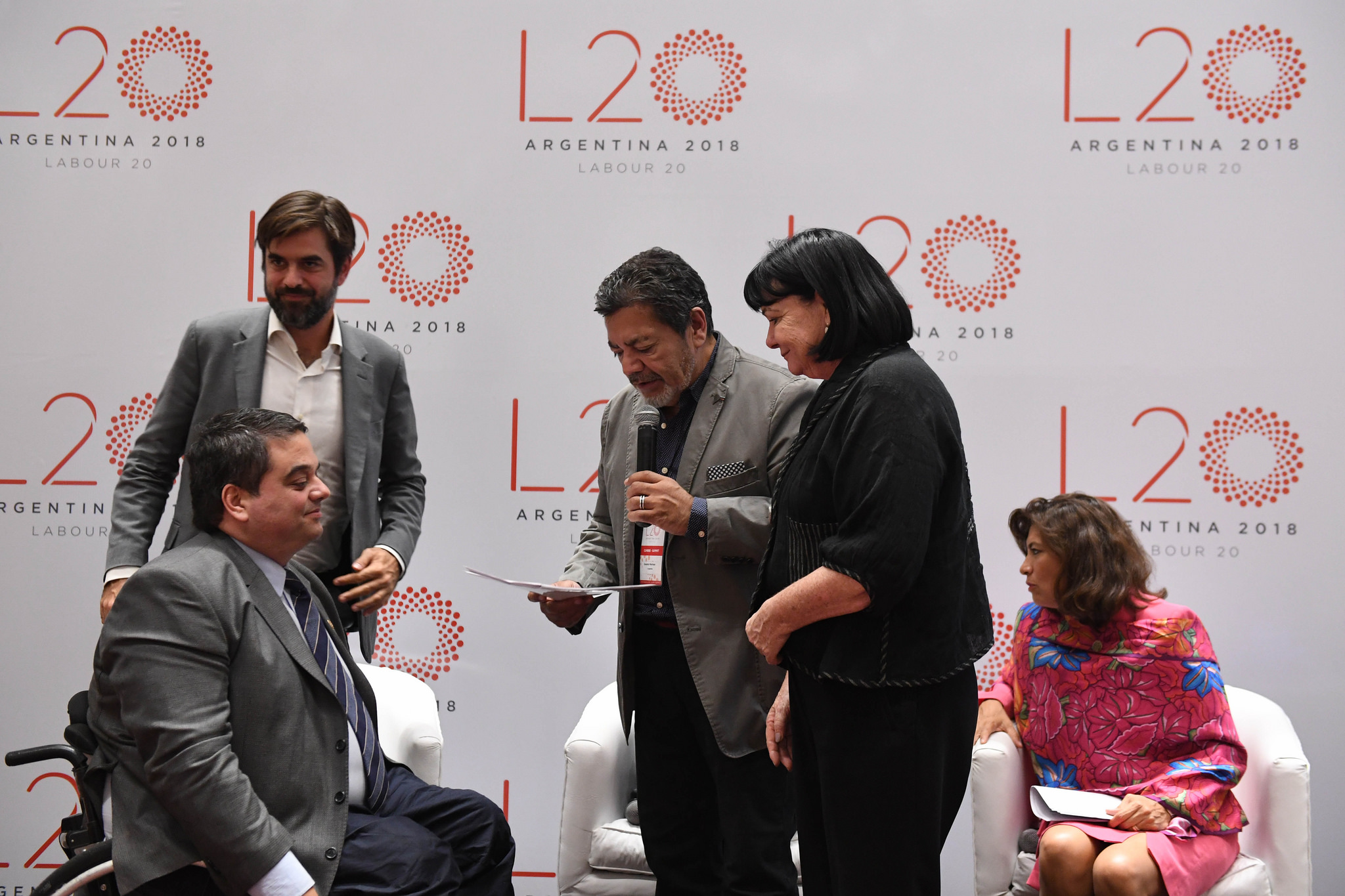 El momento en que Martínez le entrega el documento final del L20 a Triaca