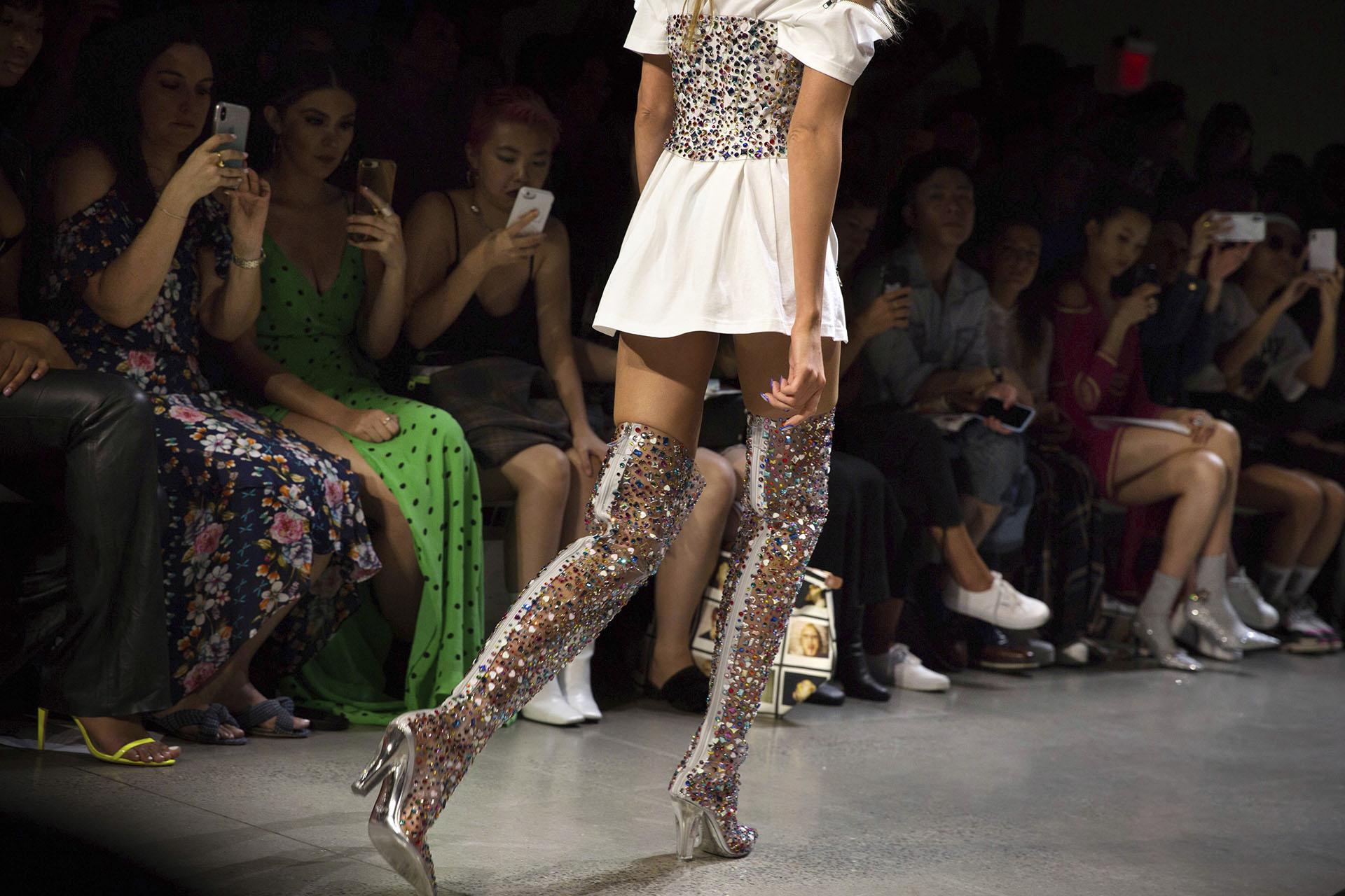 Vertiginosas, llamativas y súper exclusivas, las bucaneras de glitter y lentejuelas realizadas en PVC con taco de acrílico de la temporada de verano 2019. Este modelo de zapato se repitió en varios looks del diseñador sobre la pasarela.