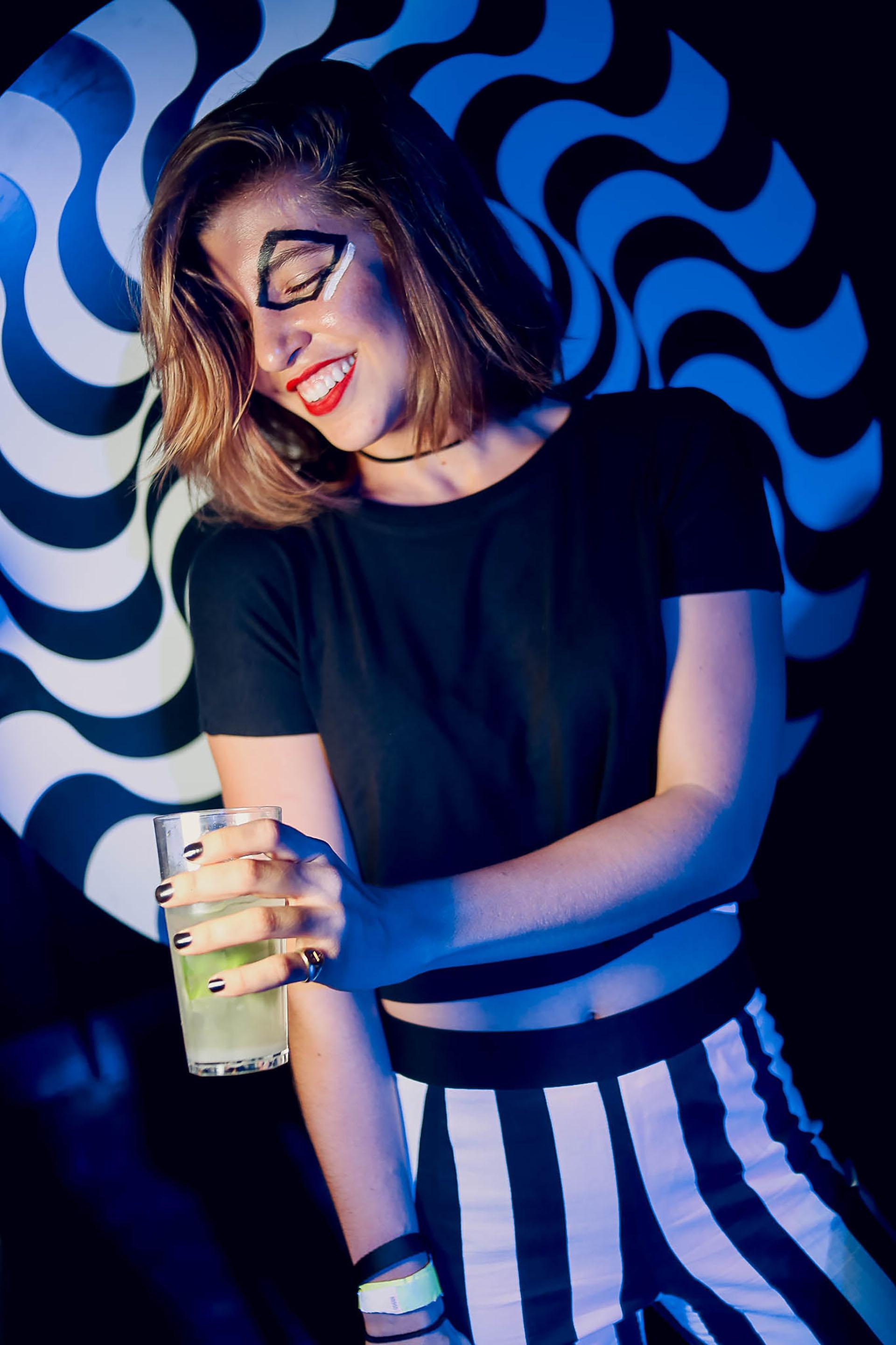 Rosario Neuss, fabulosa y divertida con el dress code geométrico black & white, en una noche inolvidable que buscó profundizar la visibilidad de la categoría Jóvenes creada en 2015, y acercar a ese público al Museo, a la Asociación y al arte en general
