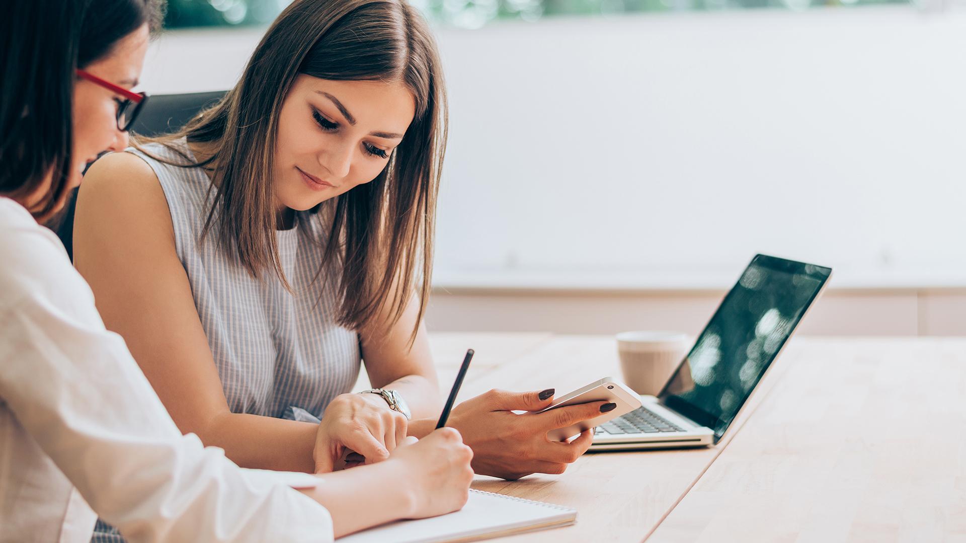 Es importante y eficaz plasmar por escrito los pendientes, los proyectos y las ideas a desarrollar por fases o etapas. (Getty)