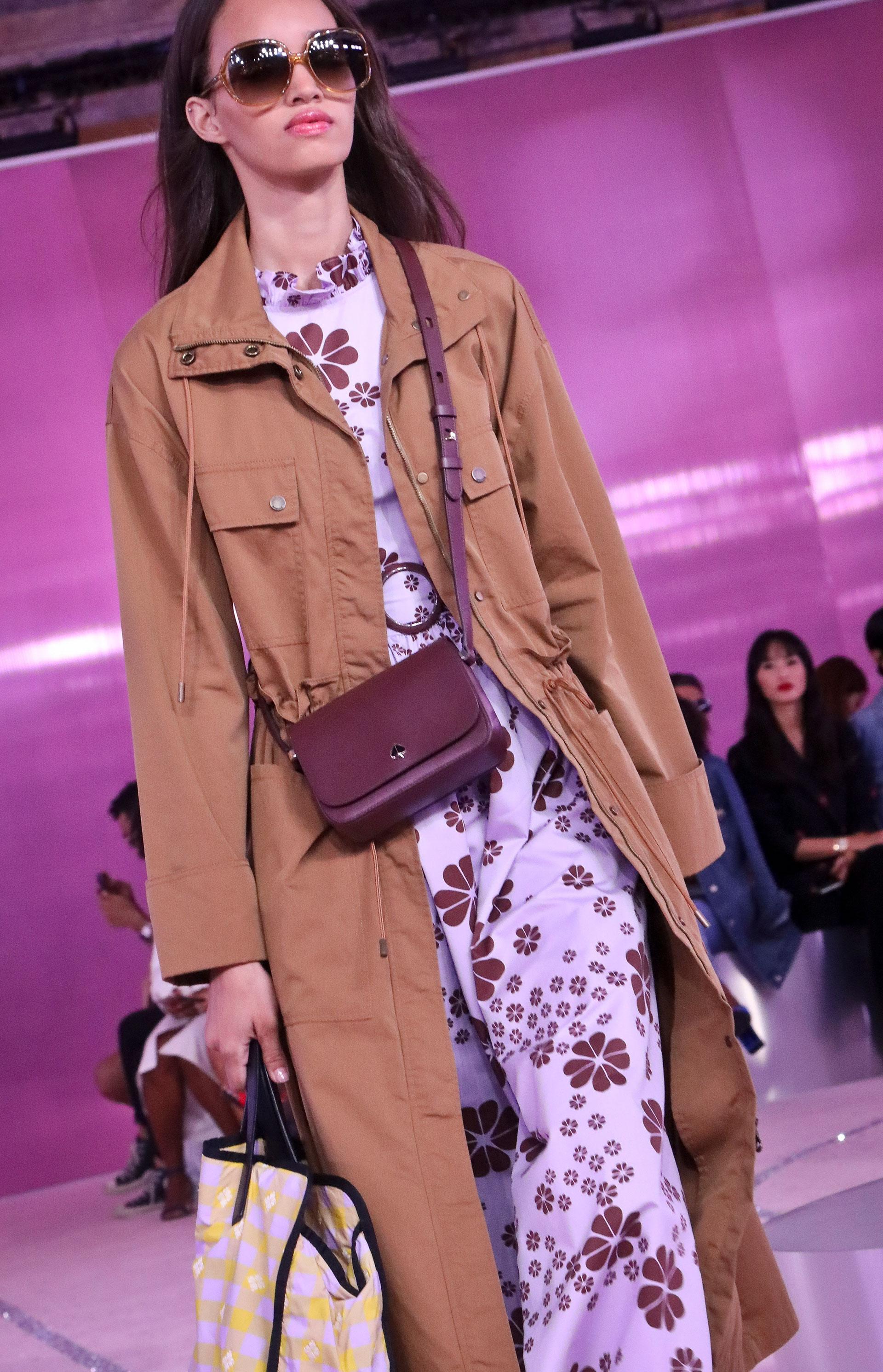 En la colección no faltaron las carteras, bolsos y la línea de anteojos que cuenta la marca neoyorkina. Lila y marrón, una combinación power para el verano.