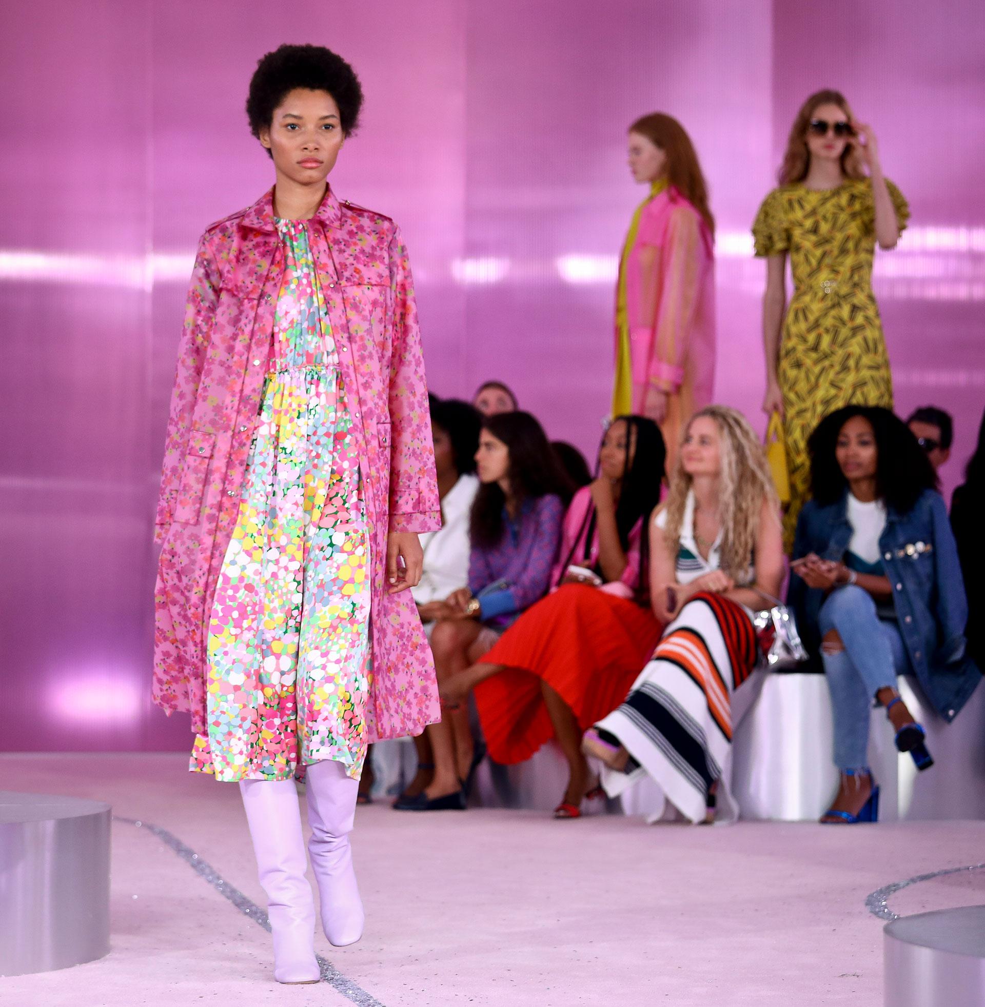 Explosión de colores estridentes, pasteles y estampados florales no faltaron en la colección homenaje a Kate Spade. En pasarela un trench en rosa, fucsia y rojo, vestido multicolor y bucaneras en lila.