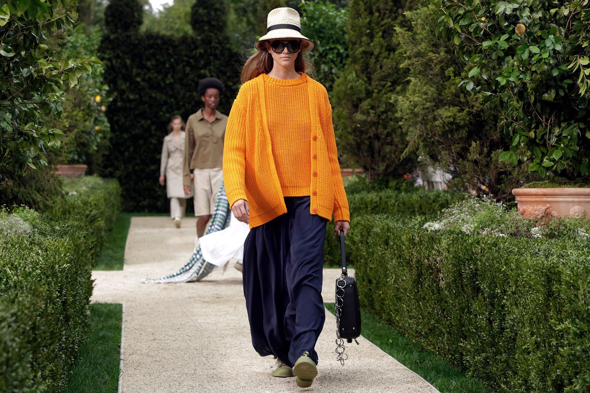 No solo los diseños de verano se vieron, sino también los tejidos, una pieza clave atemporal. Naranja y azul, una combinación explosiva. Gorros, anteojos de sol y cartera en mano, un look que no debe faltar en el guardarropa.