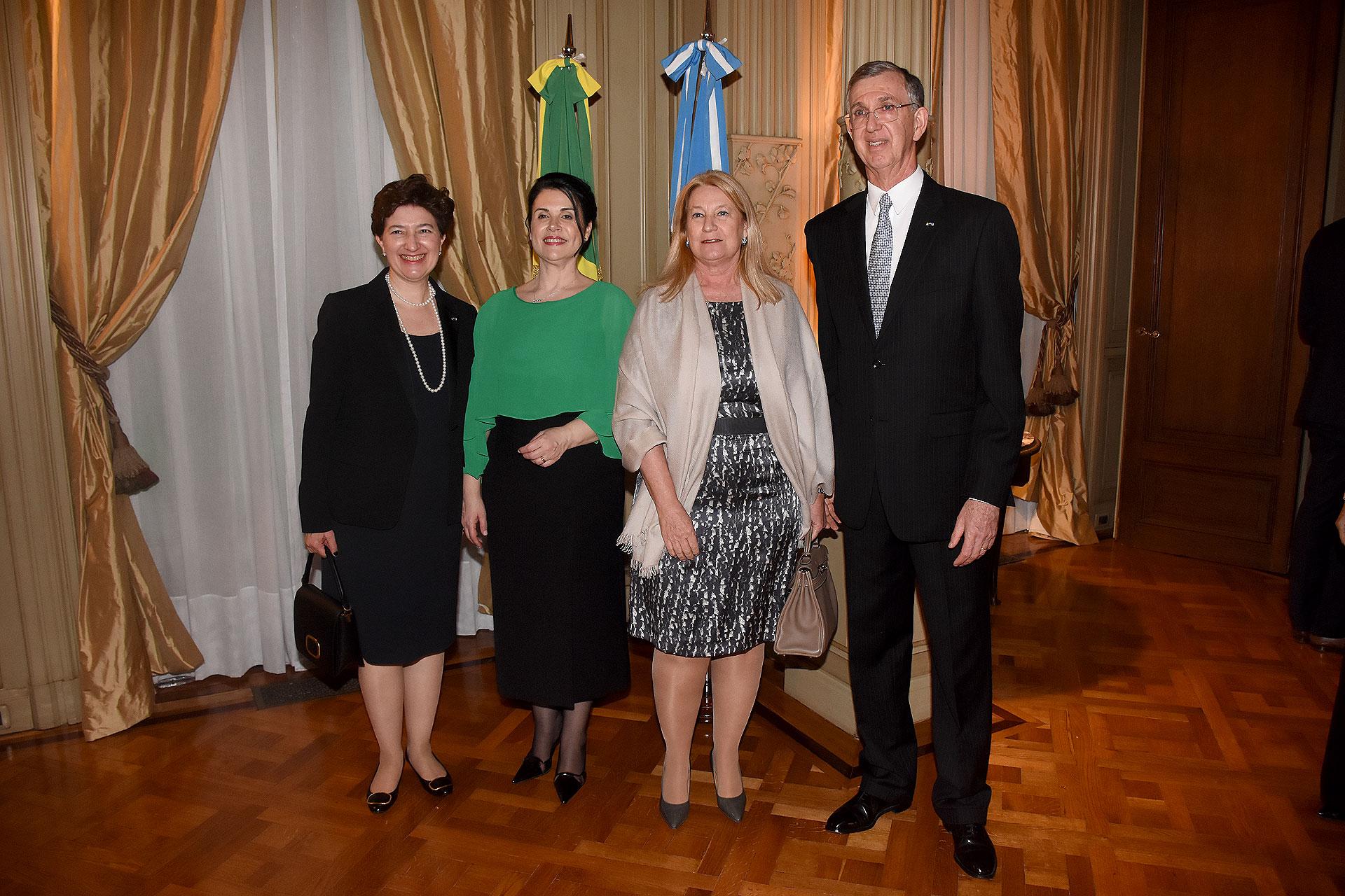 Los embajadores reciben a María Taquini de Blaquier