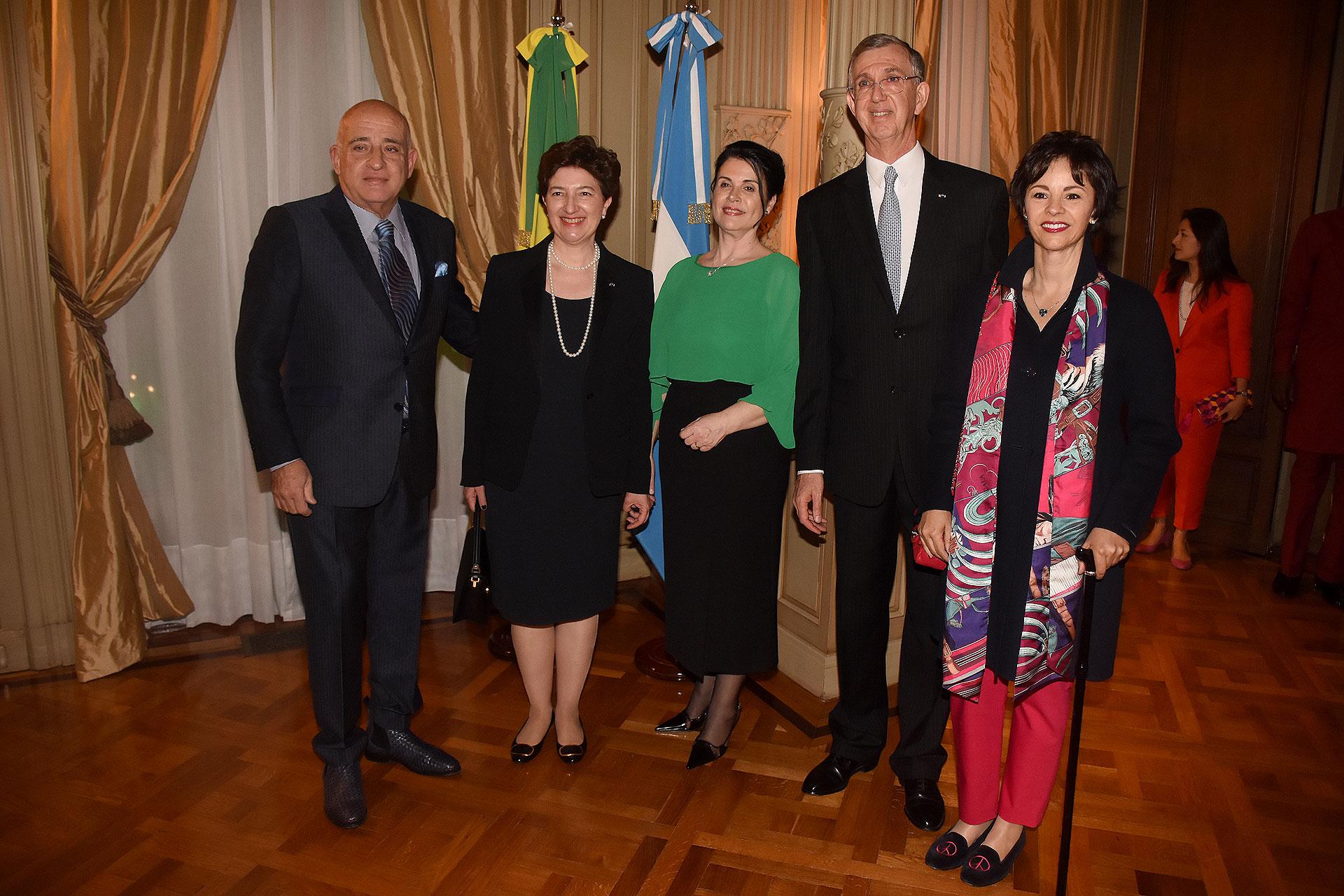 Los embajadores junto a Anibal y Marlise Jozami