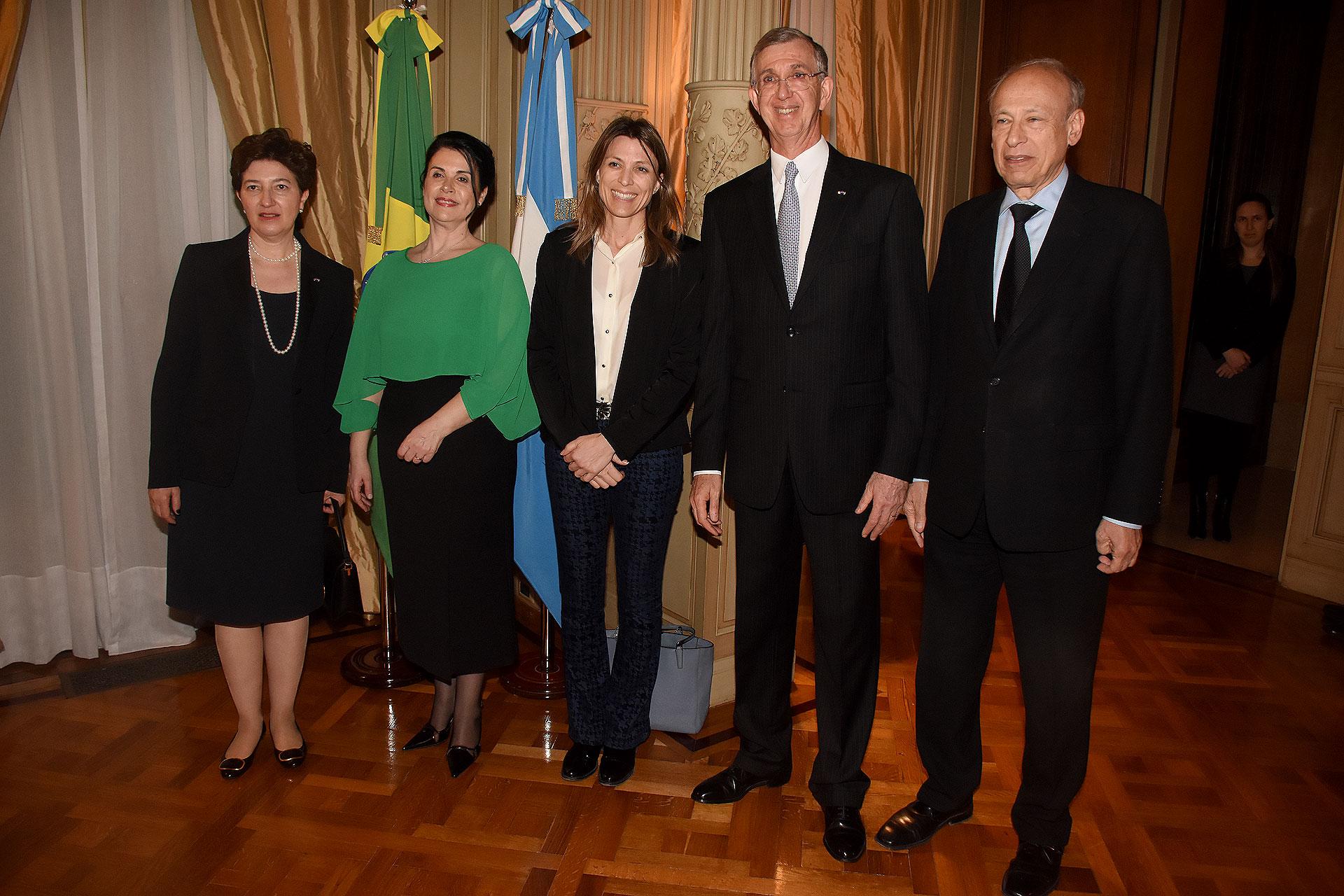 El embajador Danese y su mujer reciben a Isela Costantini y Luis Ovsejevich, presidente de la Fundación Konex