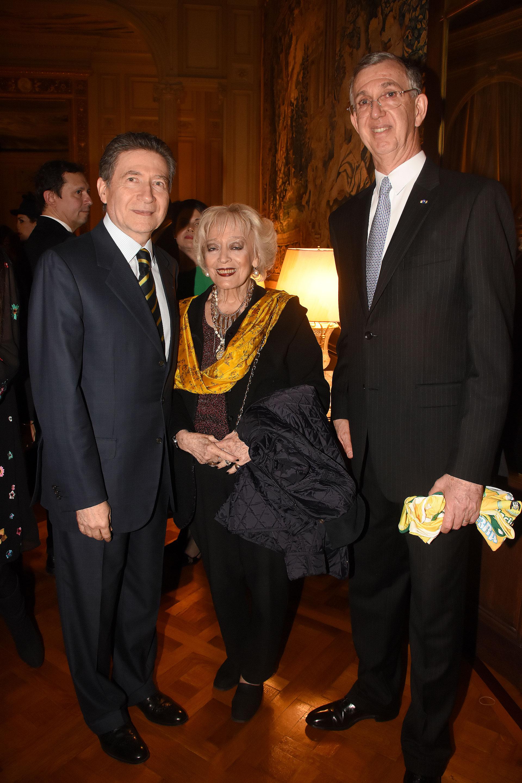 ElembajadordeFranciaen la Argentina, Pierre-Henri Guignard, acompañado por sumujerMarie-Carmen, y el embajador de Brasil
