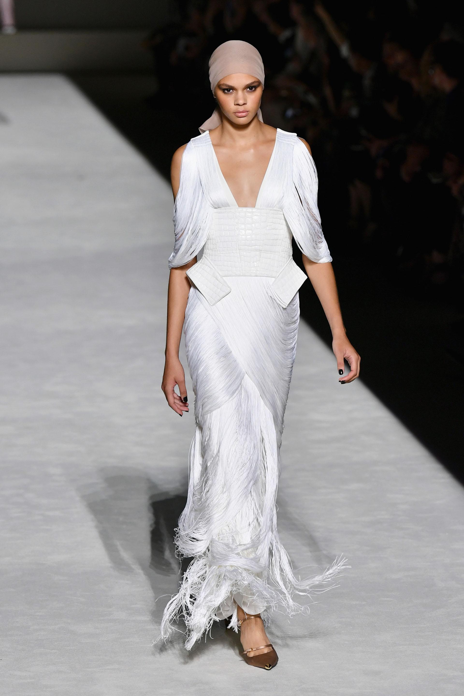 La tendencia de los flecos volvió a tocar puerta de la mano de Tom Ford. Varios de los diseños presentados en la pasarela contaron con flecos. En vestidos, faldas y blusas. En la foto, un vestido blanco hielo con flecos entrelazados y detalles de cuero blanco.