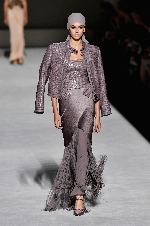 Kaia Gerber pisó la pasarela de Tom Ford luciendo un exclusivo diseño en violeta grisáceo con mix de géneros: flecos y cuero, dos fuertes en la colección de verano del diseñador.