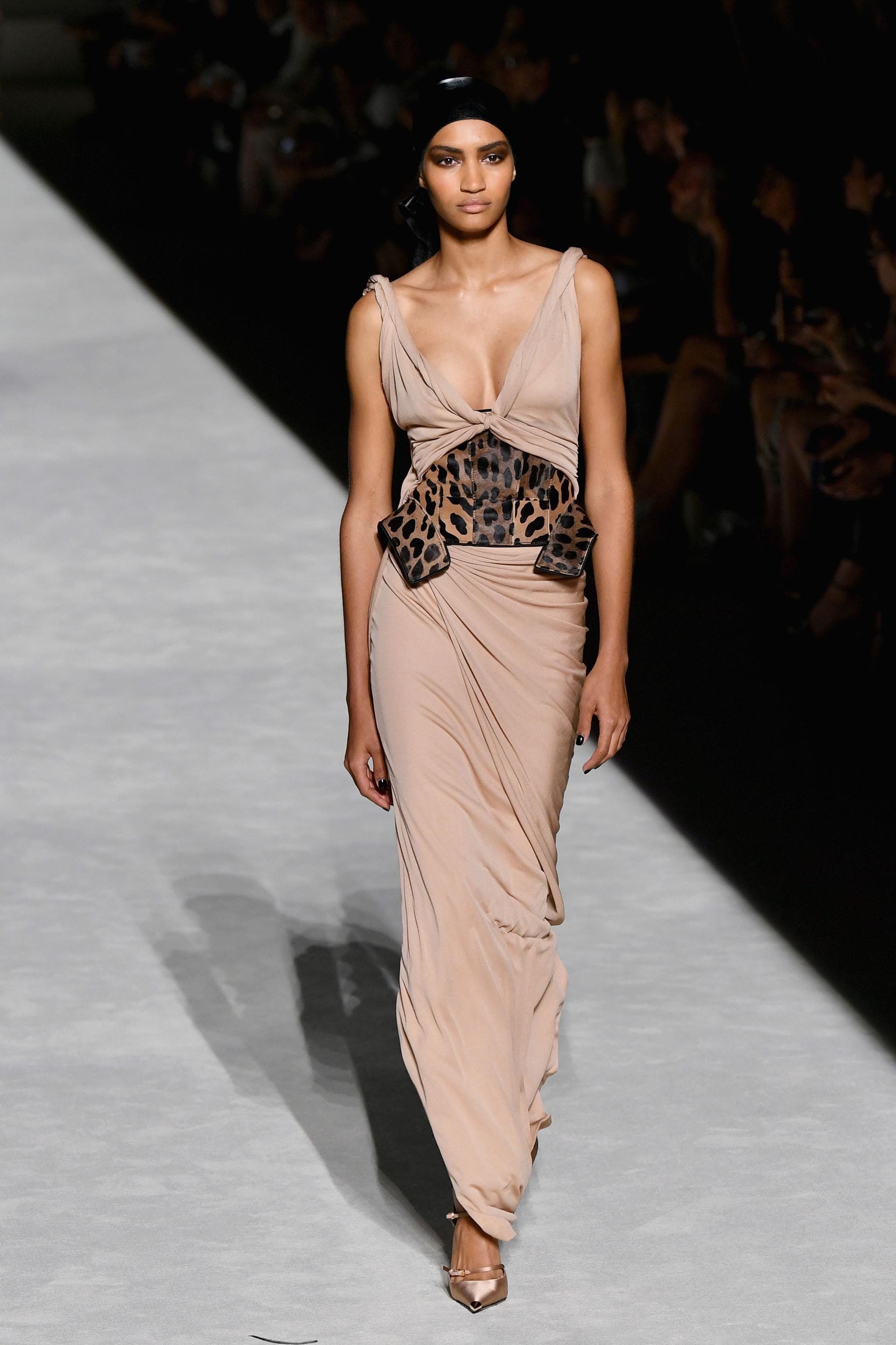 Park Avenue Armory fue el escenario elegido por Tom Ford para presentar la colección 2019. En pasarela, un diseño drapeado en nude escote V sin mangas con faja de cuero de animal print de leopardo.