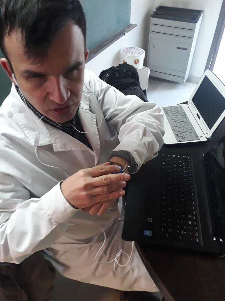 En Villalonga, trabaja en una escuela de educación especial, brindando clases de Informática