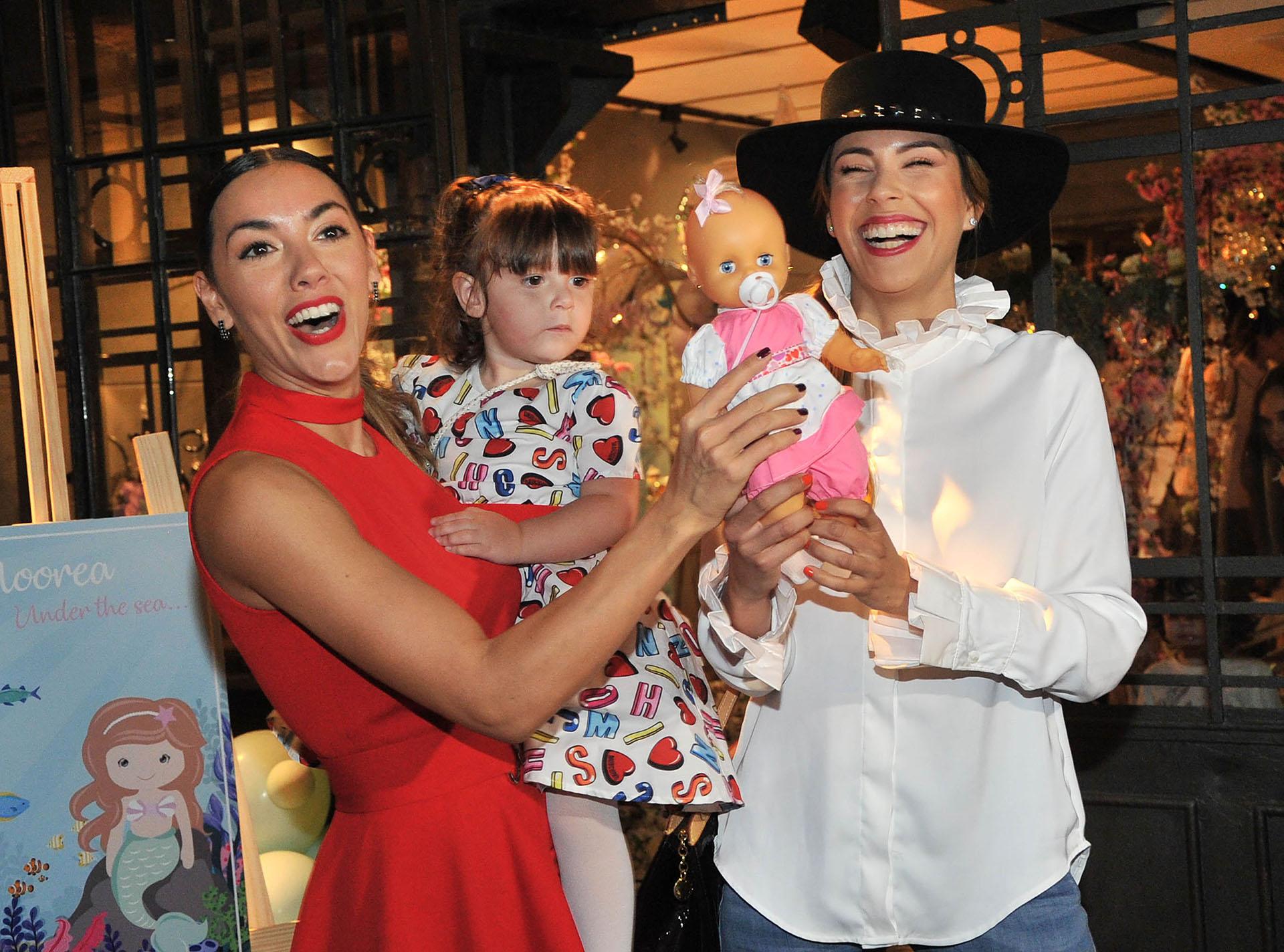 En el cumpleaños de Moorea, Barby Franco bromeó con un bebé de juguete