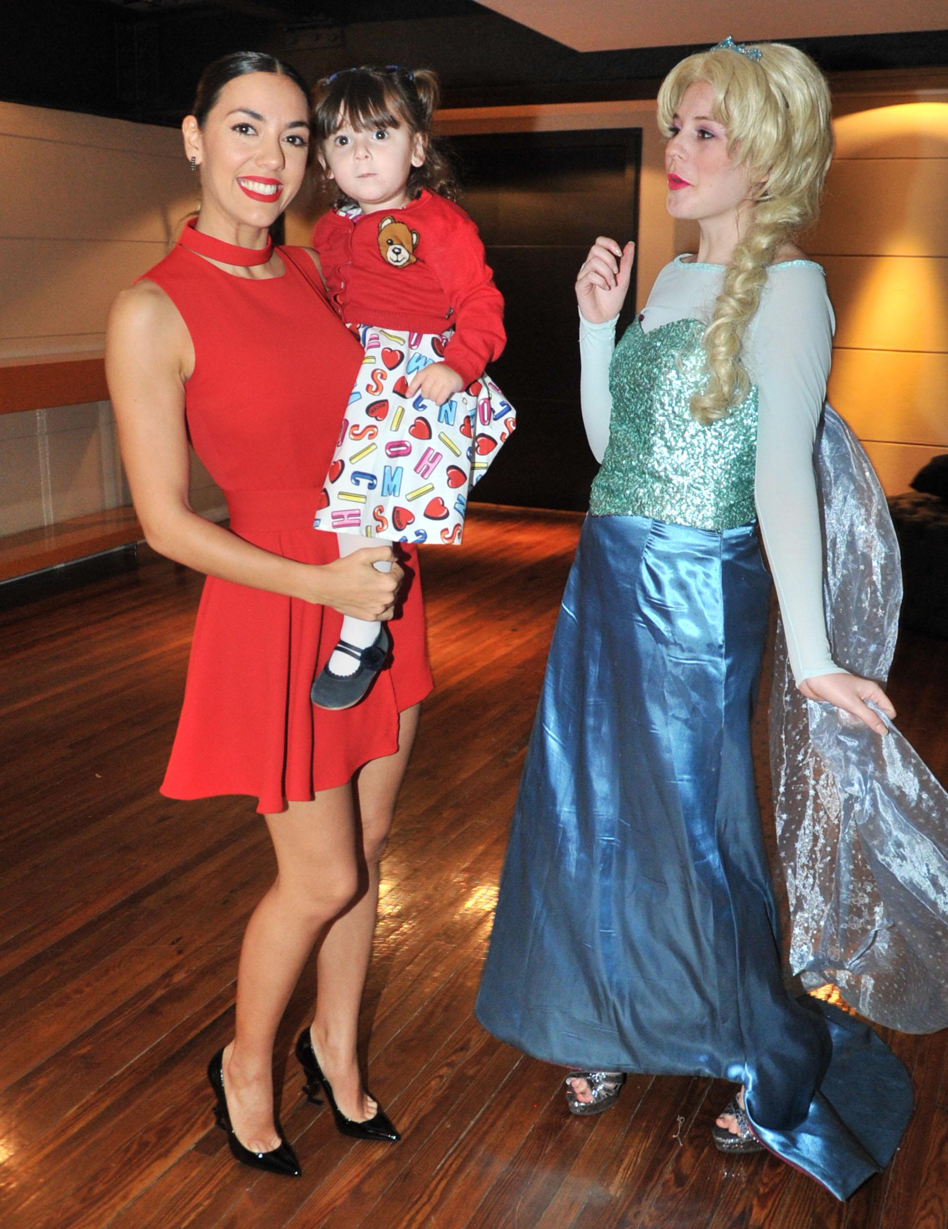 Al ingresar al salón, la princesa Elsa recibía a los invitados