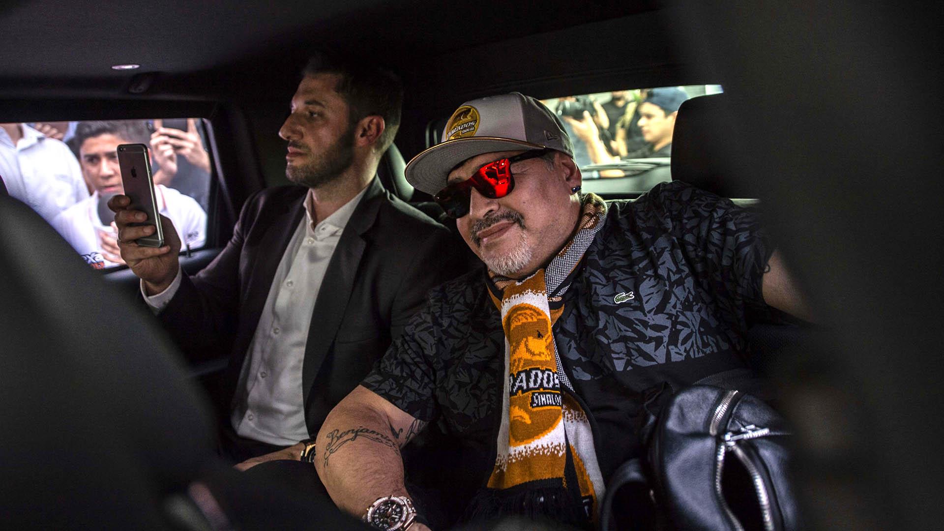 Diego Armando Maradona a su llegada a México, acompañado por su abogado, Matías Morla (AFP)