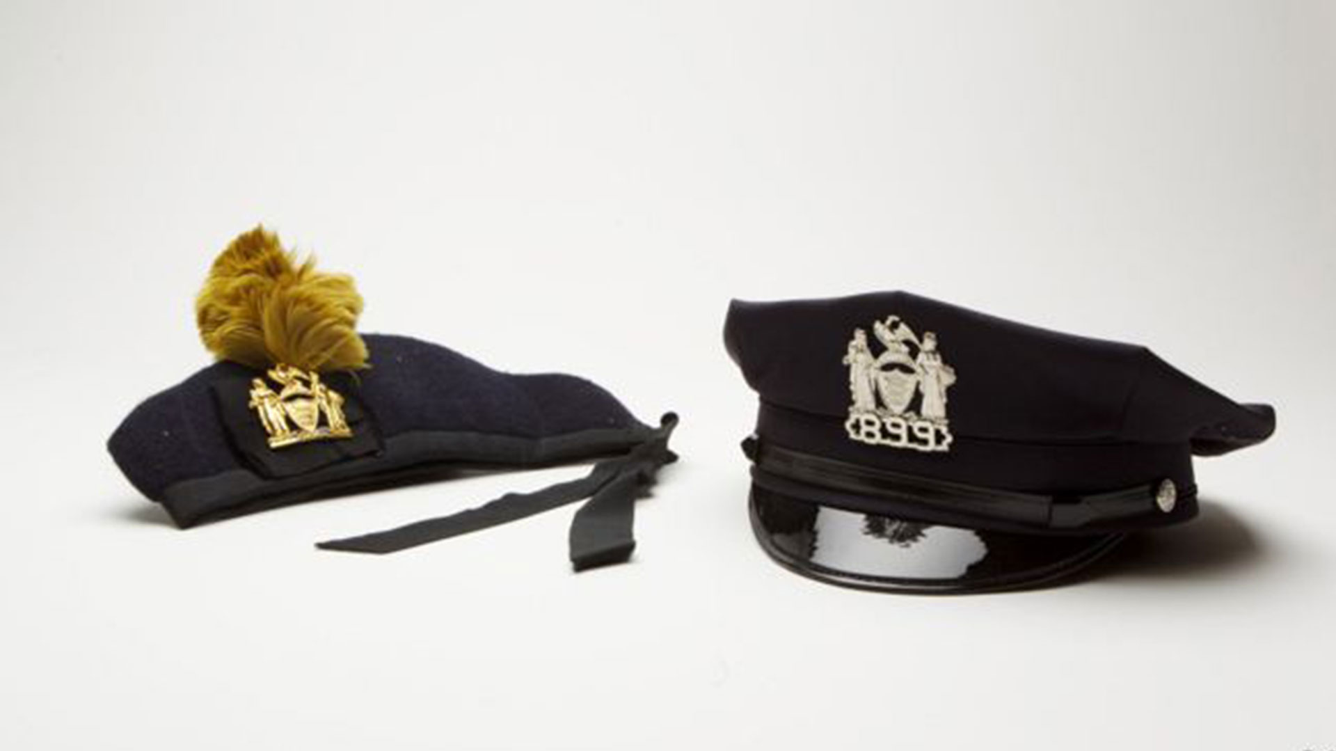 Estas dos gorras pertenecían al policía Liam Callaham. Utilizaba la primera cuando actuaba en la banda musical. Portaba la segunda al momento de morir, a sus 44 años, durante el ataque