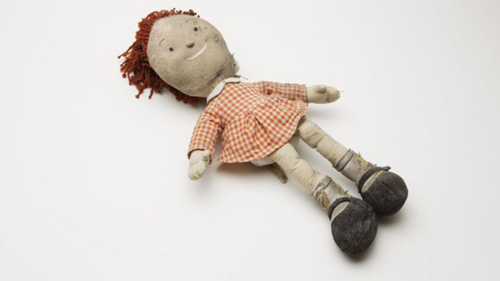 Esta muñeca fue hallada por un rescatista. Afortunadamente no pertenecía a una niña, sino que formaba parte del depósito de una organización de beneficencia ubicada en una de las torres