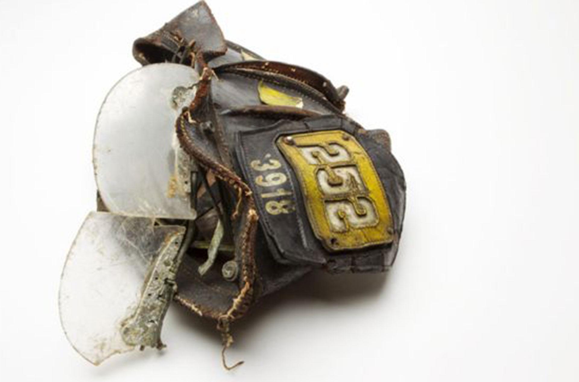 Un casco de bombero destruido que pertenecía a Kevin Prior, fallecido durante las operaciones de rescate. Su cuerpo fue encontrado tres semanas después