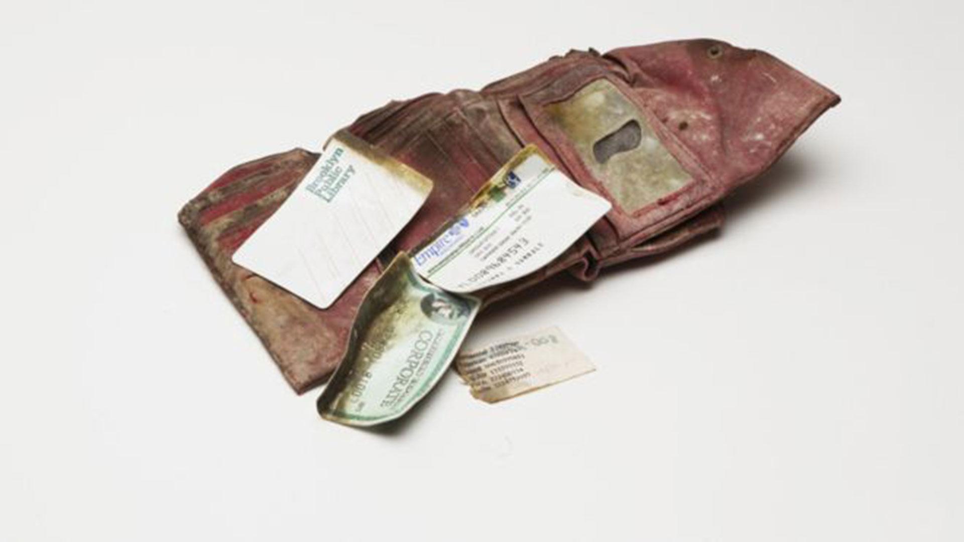 La billetera de Gennie Gambale, una de las víctimas. Fue encontrada en el techo del cercano Hotel Marriott por una policía que, increíblemente, conocía a la joven ejecutiva