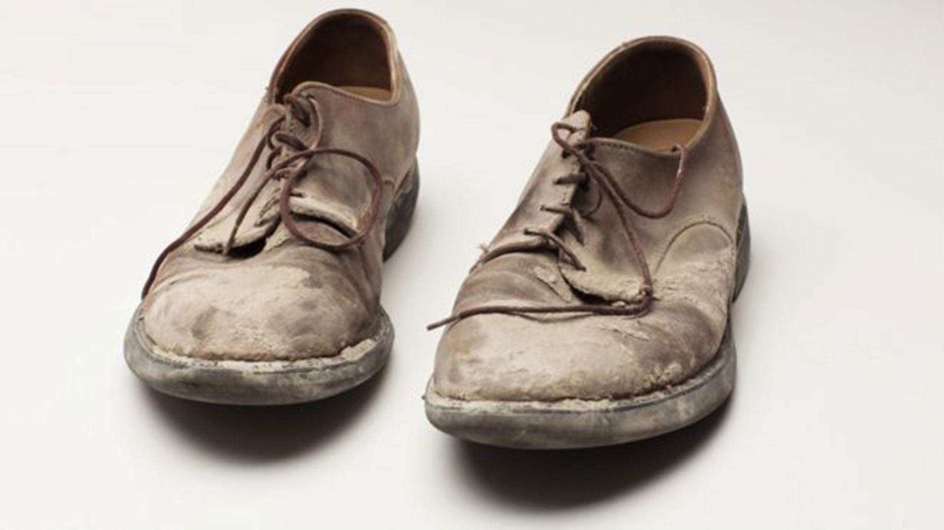 Los zapatos polvorientos de Roger Hawke, un sobreviviente que se encontraba en el piso 59 de la Torre Norte al momento del ataque y pudo ser evacuado
