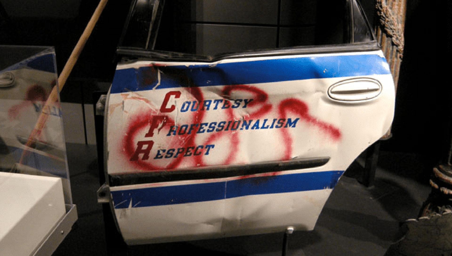 """La puerta de una auto de la policía de Nueva York: """"Cortesía, profesionalismo, respeto"""""""