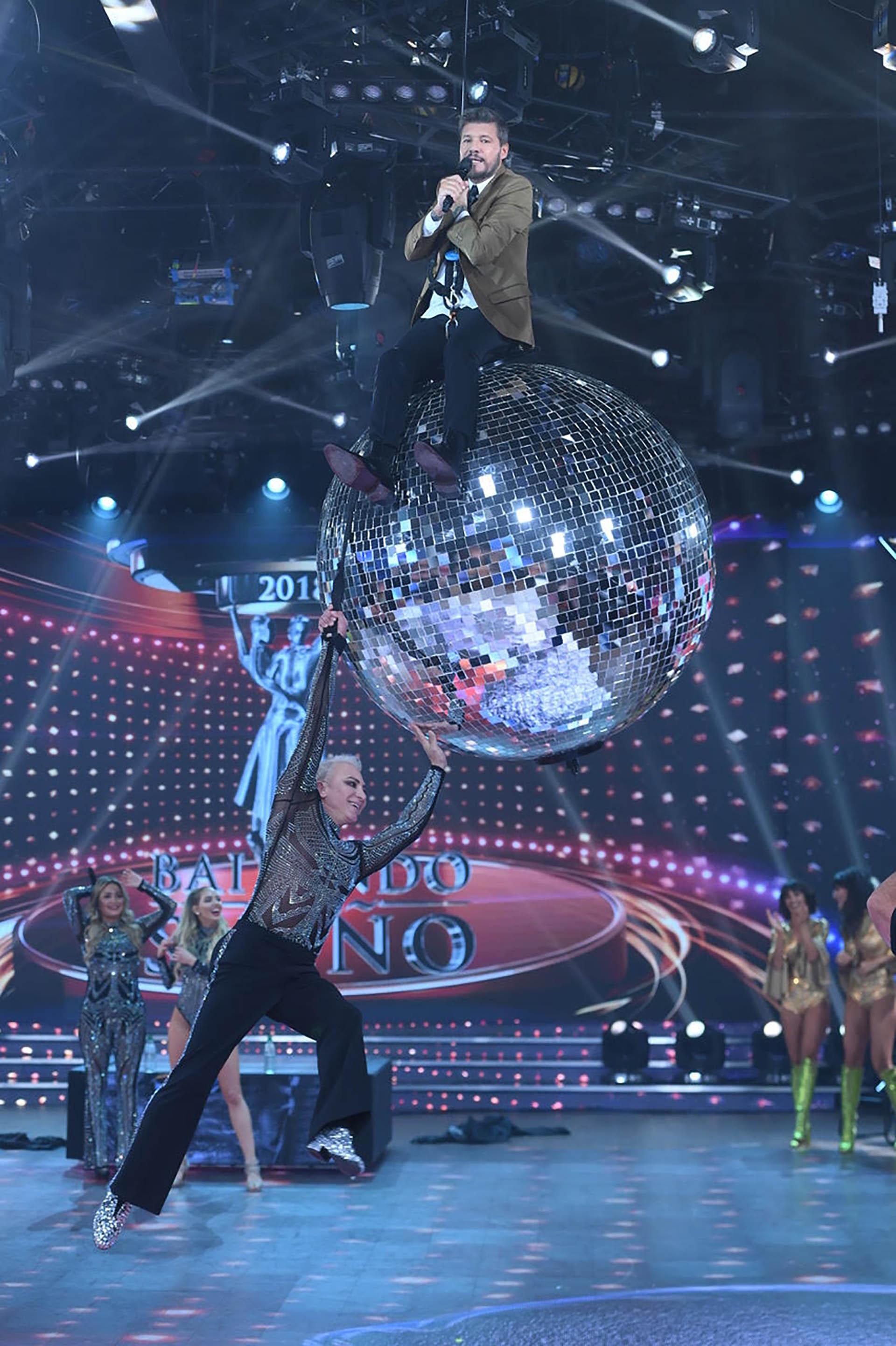"""El momento más divertido de la semana en el """"Bailando"""": Marcelo Tinelli se subió una bola de cristal que usó Flavio Mendoza para su coreografía. """"Terminé todo dolorido"""", dijo el conductor"""