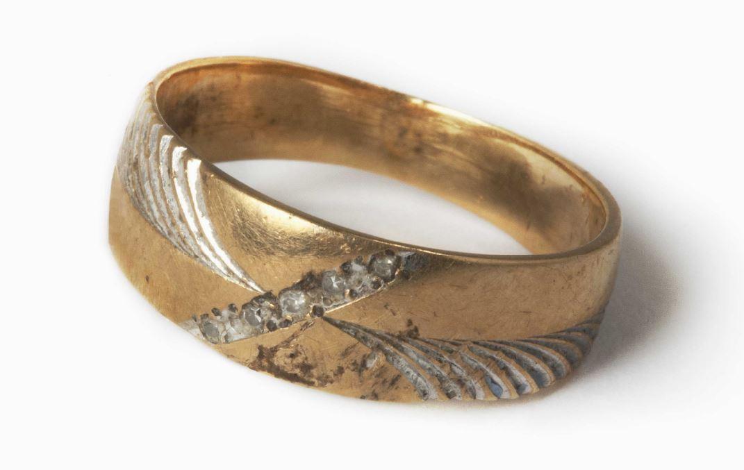 Este anillo pertenecía a Robert Gschaar. Había comenzado a trabajar en la Torre Sur en julio de 2001. Tenía 55 años