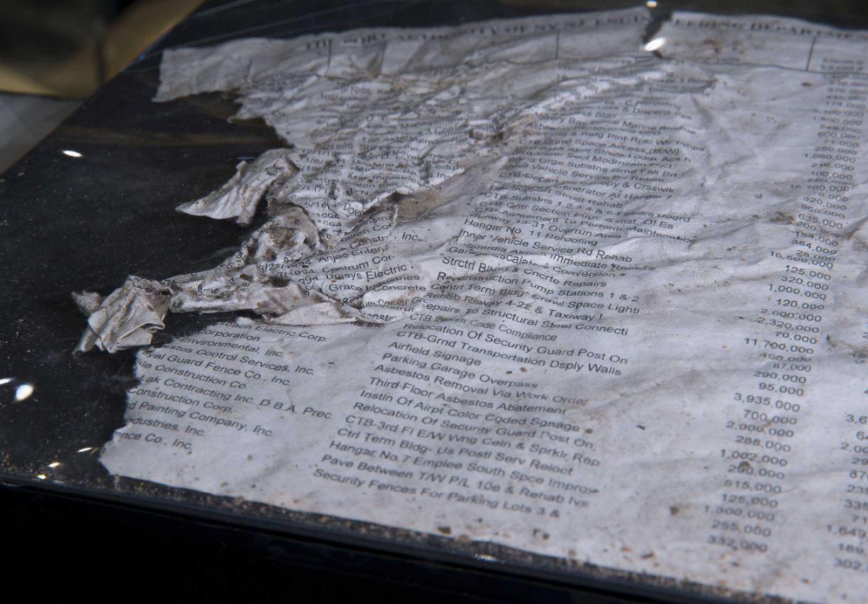 Numerosos papeles provenientes de las muchas oficinas en las Torres Gemelas se esparcieron por toda la zona