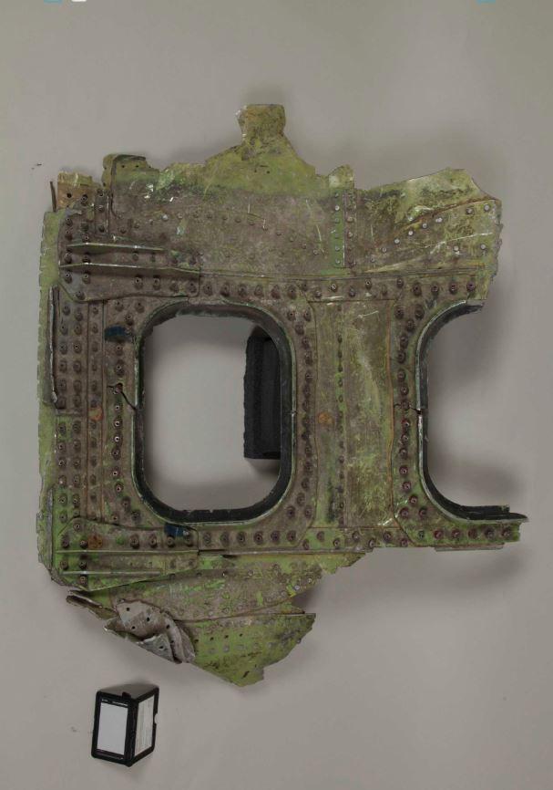 Fragmento de uno de los aviones que impactó contra las Torres Gemelas, hallado en las calles cercanas