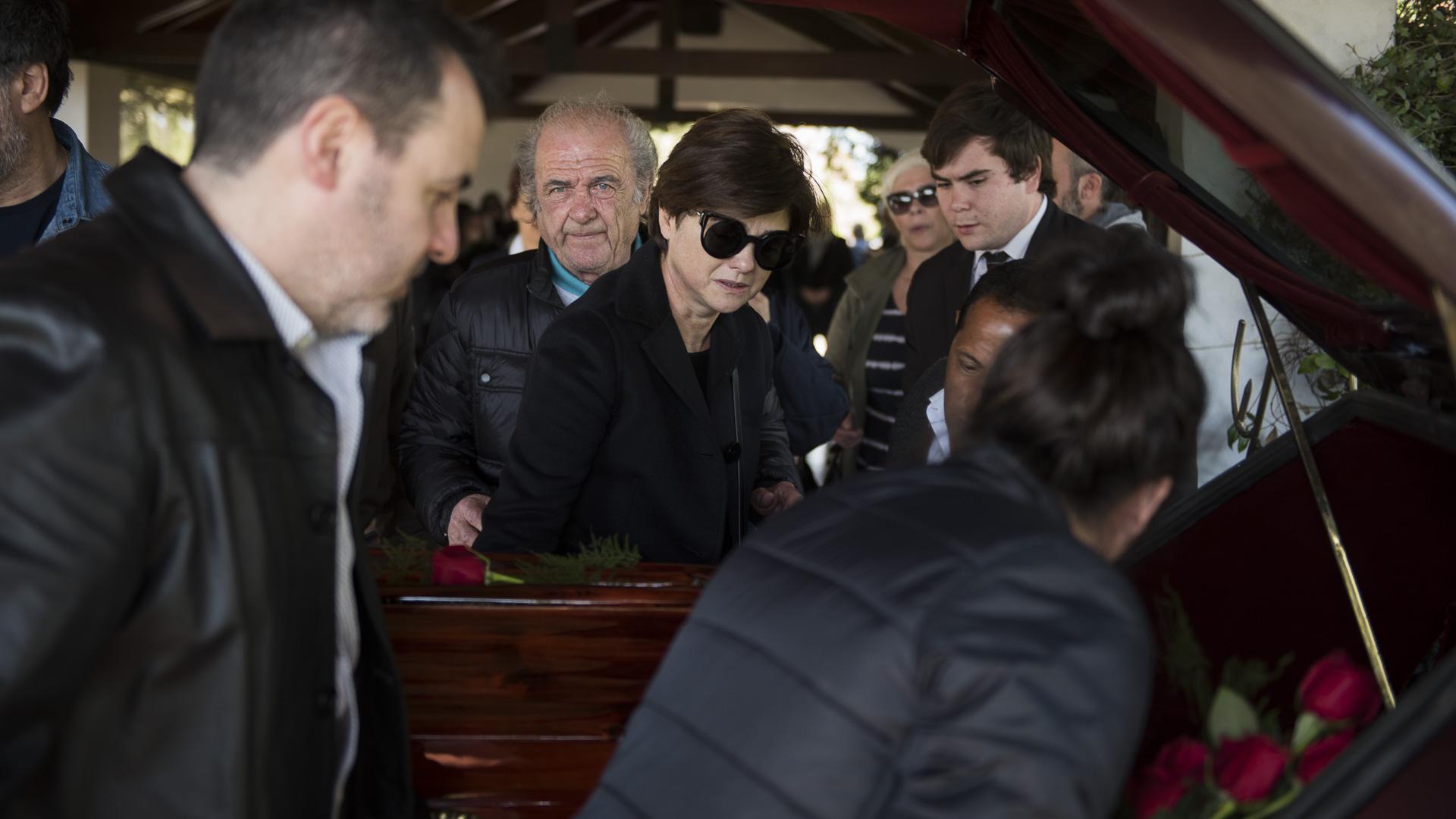 El dolor de Araceli González en el entierro de su mamá Rosa Monteferrario, quien murió de lupus (Adrián Escandar)