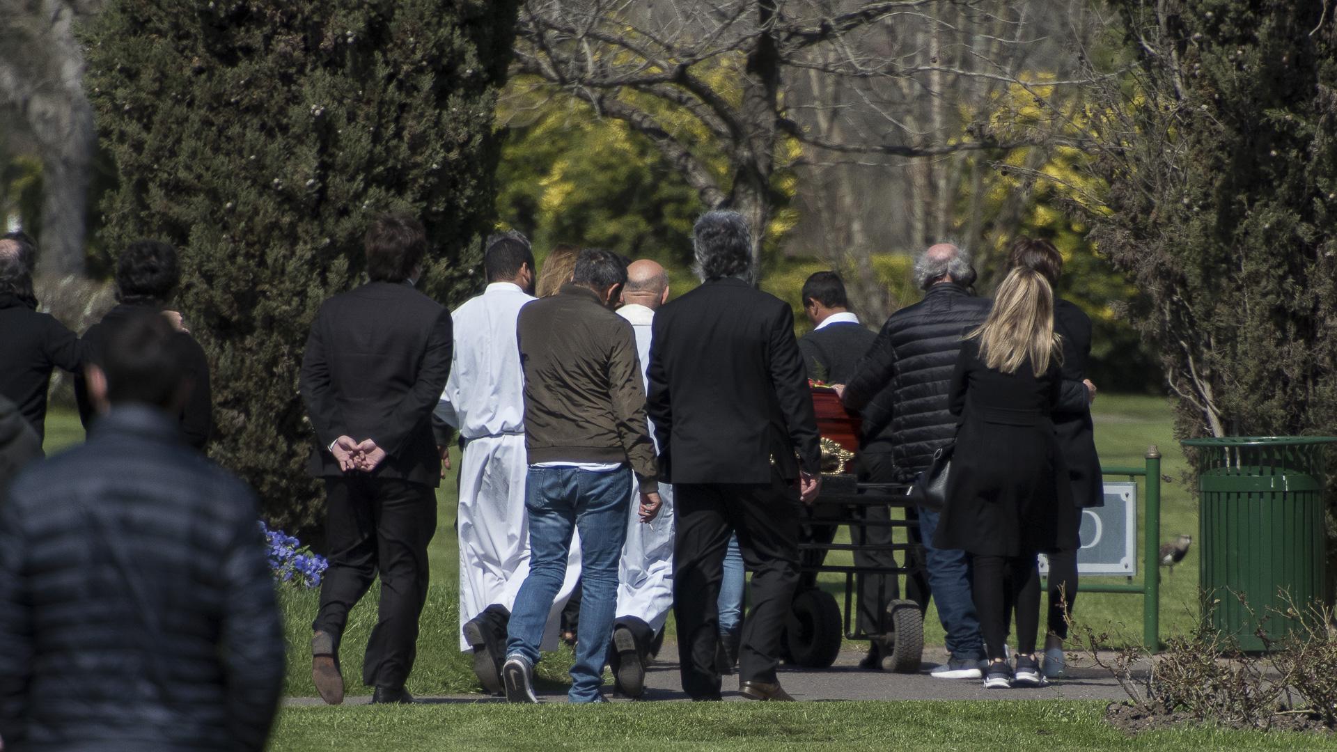El adiós comenzó con una misa cerca de las 11 de la mañana en la capilla del cementerio Memorial de Pilar