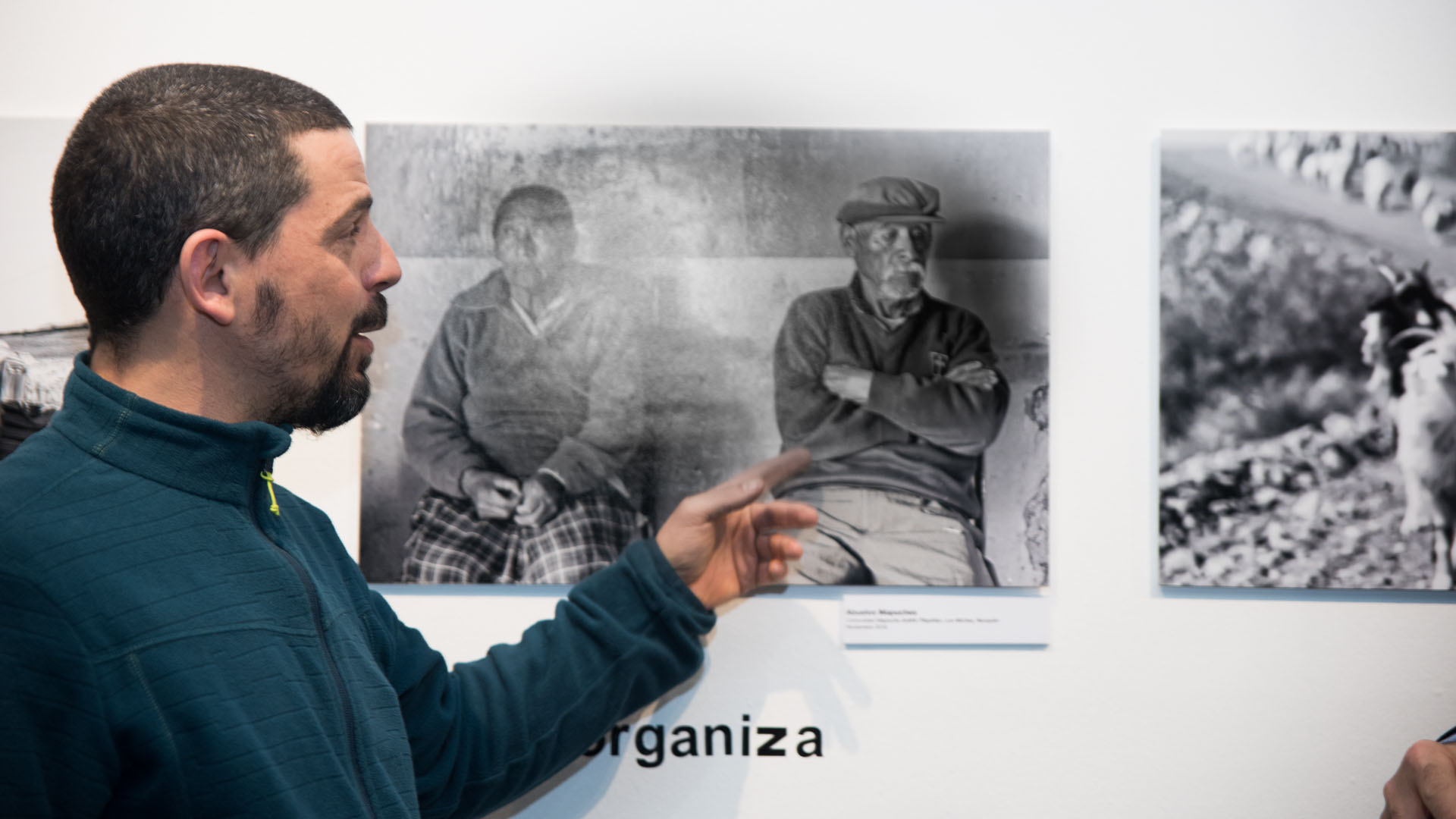 Padre Diego explica las escenas registradas acerca de su obra