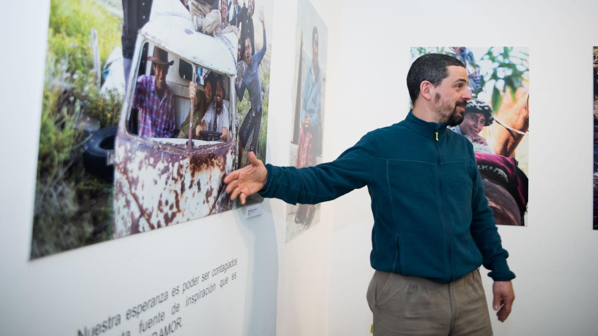 Padre Diego Canale muestra el colectivo de laalegría