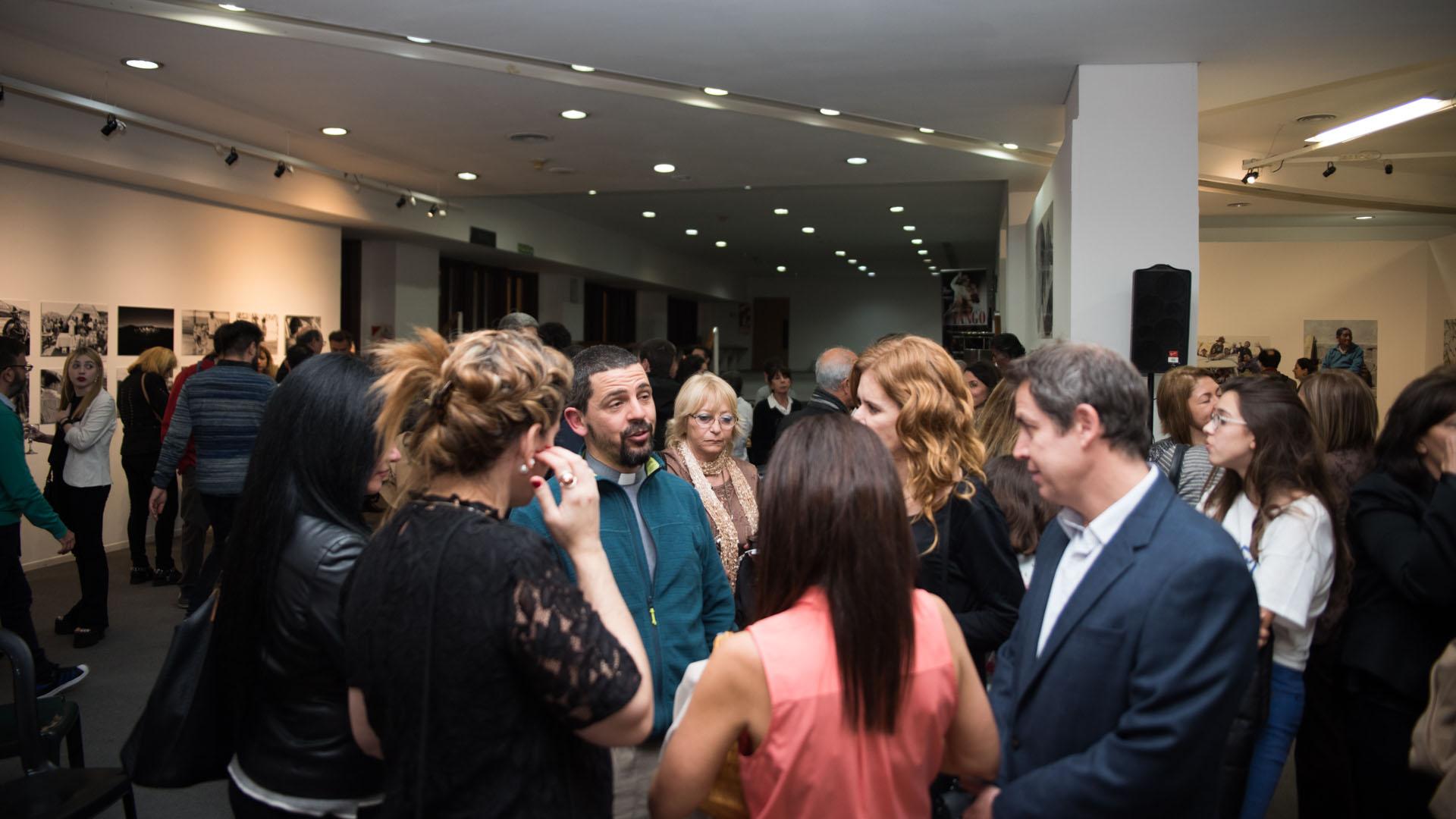 Asistentes a la inauguración de la muestra Buenas Acciones x Argentinos