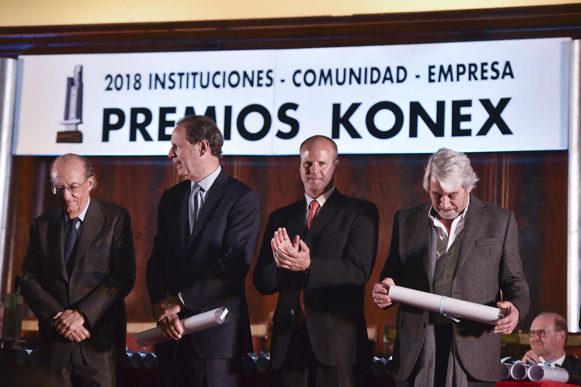 En el centro: Miguel Blaquier, presidente de Cimientos y Marcelo Miniati, director ejecutivo. Cimientos recibió por segunda vez el Diploma al Mérito por Entidades Educacionales y de Formación Docente (2008 y 2018)