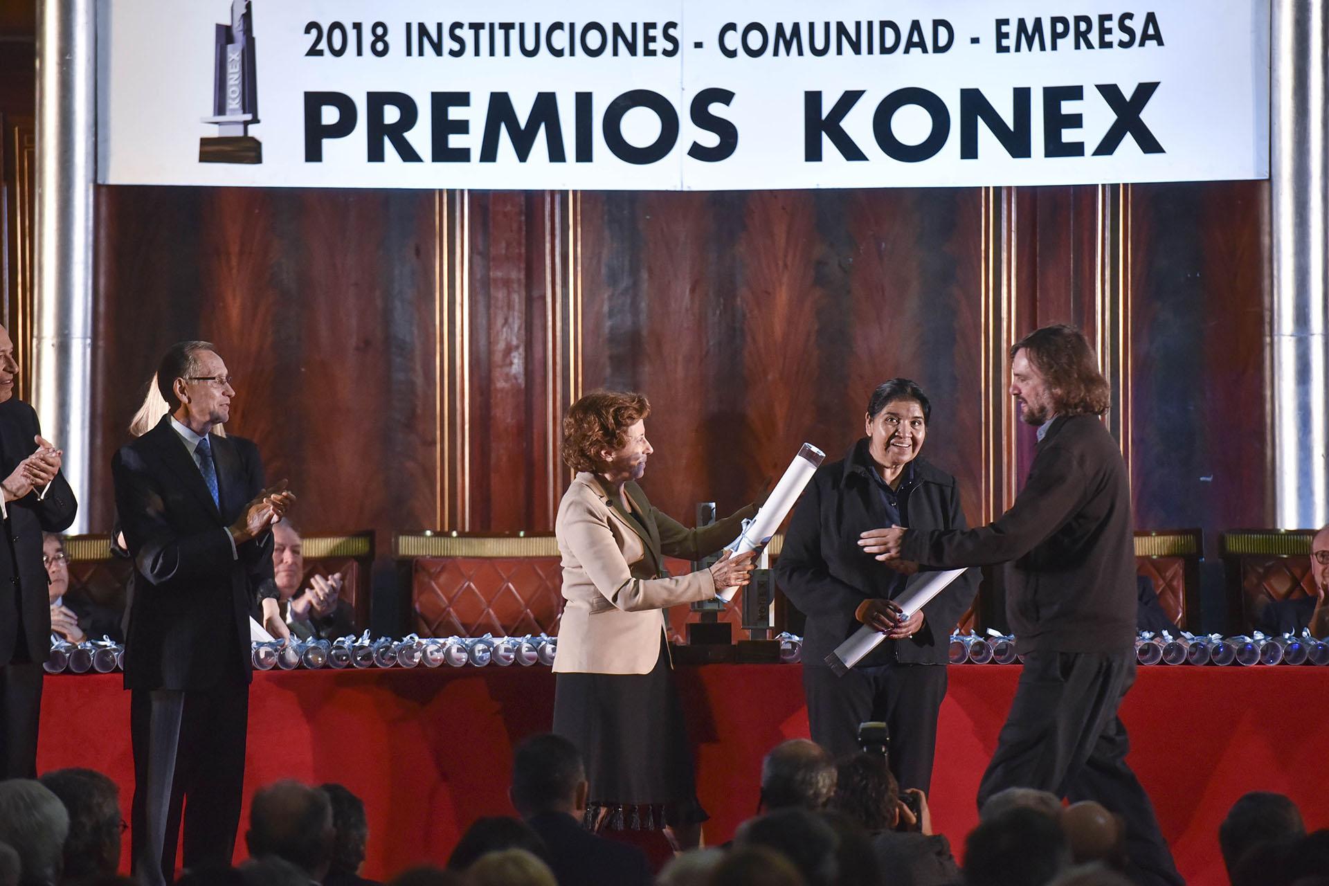 """Clara Mariño le entrega el Diploma al Mérito al Padre """"Pepe"""" Di Paola y a Margarita Barrientos"""