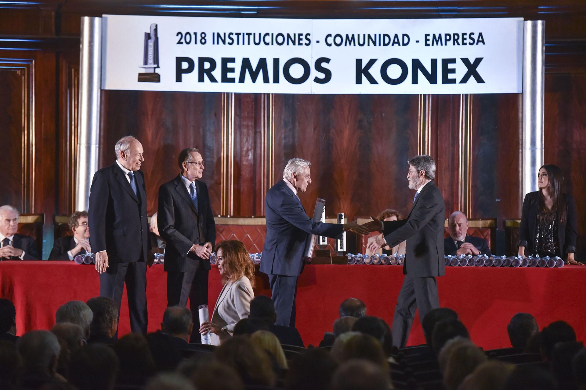 Rosendo Fraga le entrega su Diploma al Mérito al ex titular de la AFIP, Alberto Abad