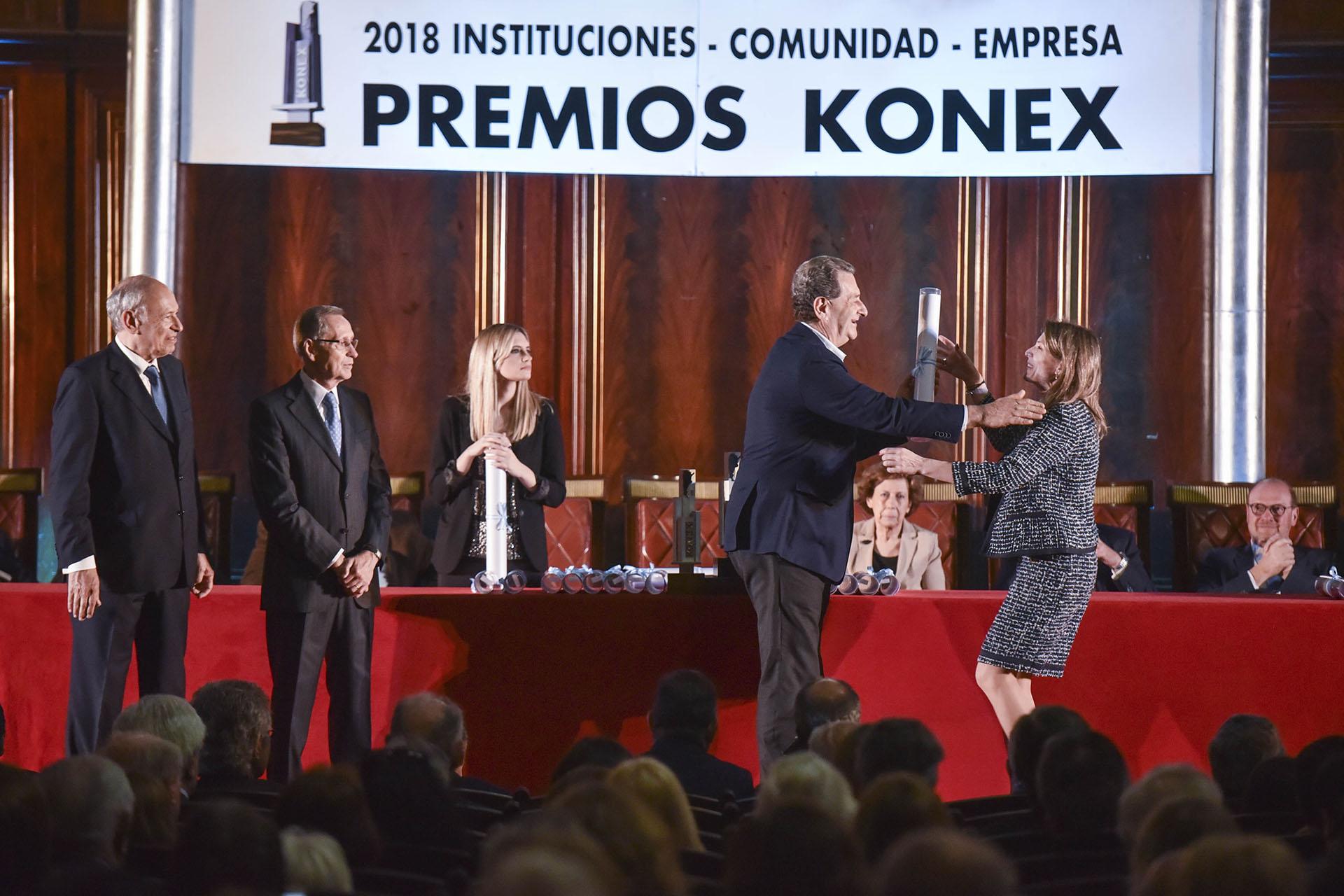 Isela Costantini recibe su Diploma al Mérito