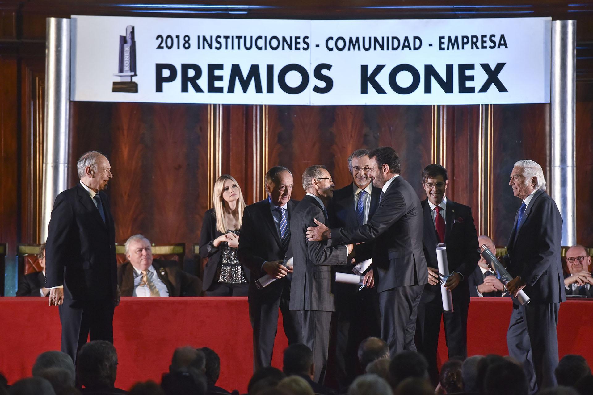 Adalberto Rodríguez Giavarini le entrega el Diploma al Mérito a José Urtubey