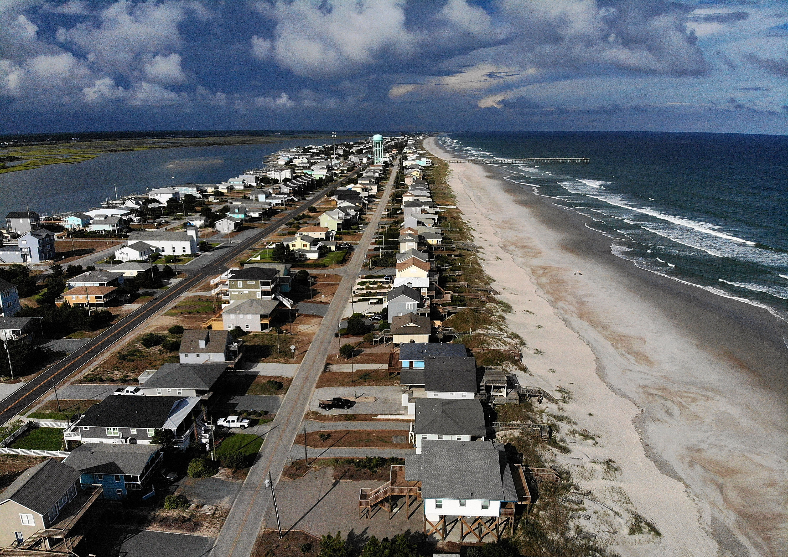 En Topsail Beach, Carolina del Norte, se emitió una orden de evacuación obligatoria (Mark Wilson/ Getty Images/ AFP)