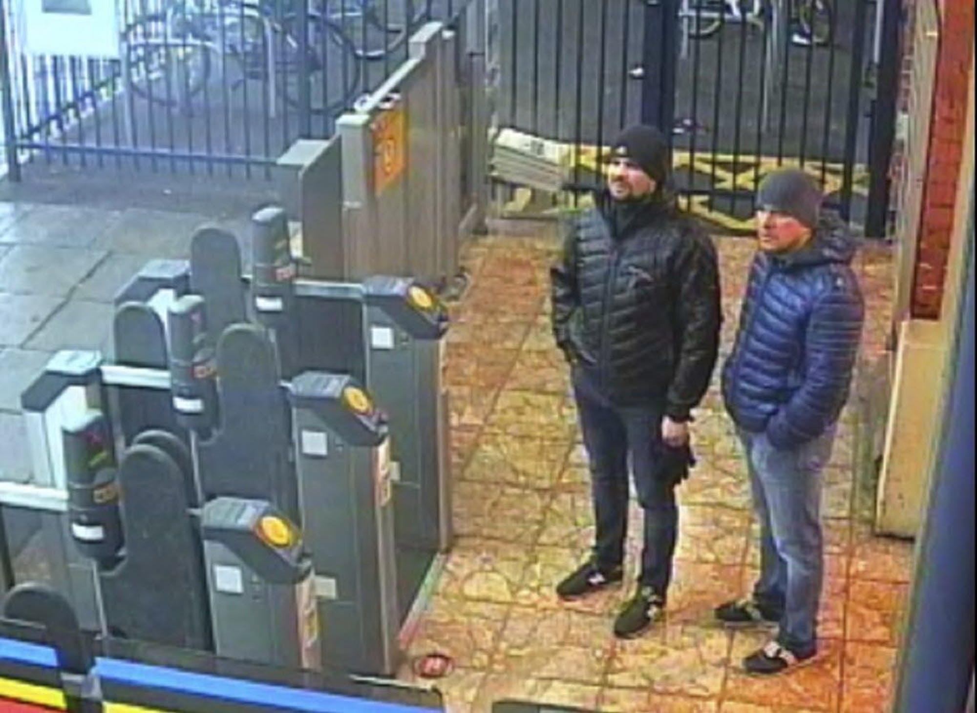 En esta imagen, tomada de un video de una cámara de seguridad y distribuida por la Policía Metropolitana de Londres el 5 de septiembre de 2018, se muestra a los ciudadanos rusos Ruslan Boshirov y Alexander Petrov, sospechosos del envenenamiento de un exespía ruso en Gran Bretaña, en la estación de tren de Salisbury, el 3, de marzo de 2018. (Policía Metropolitana vía AP)