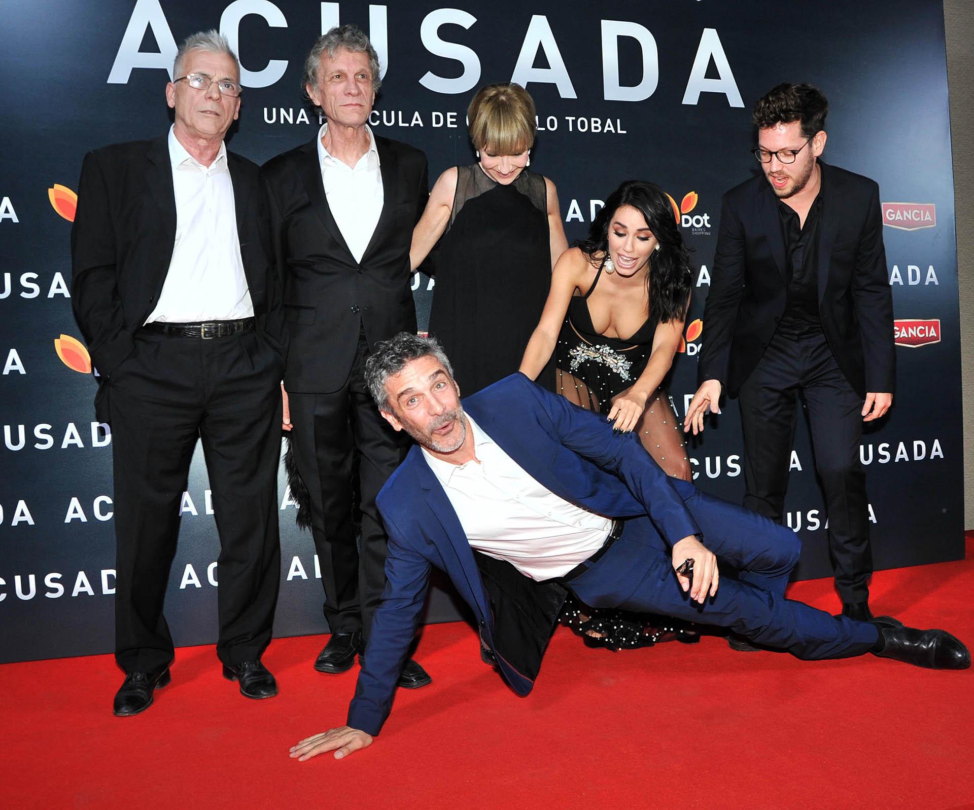 El elenco de Acusada y el director