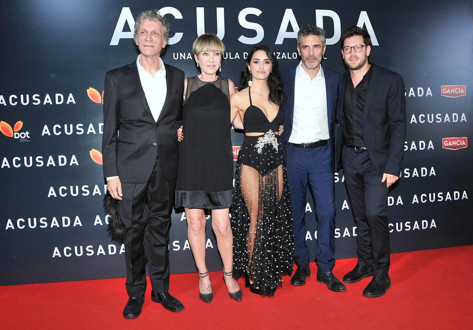 Los protagonistas de Acusada con el director, Gonzalo Tobal