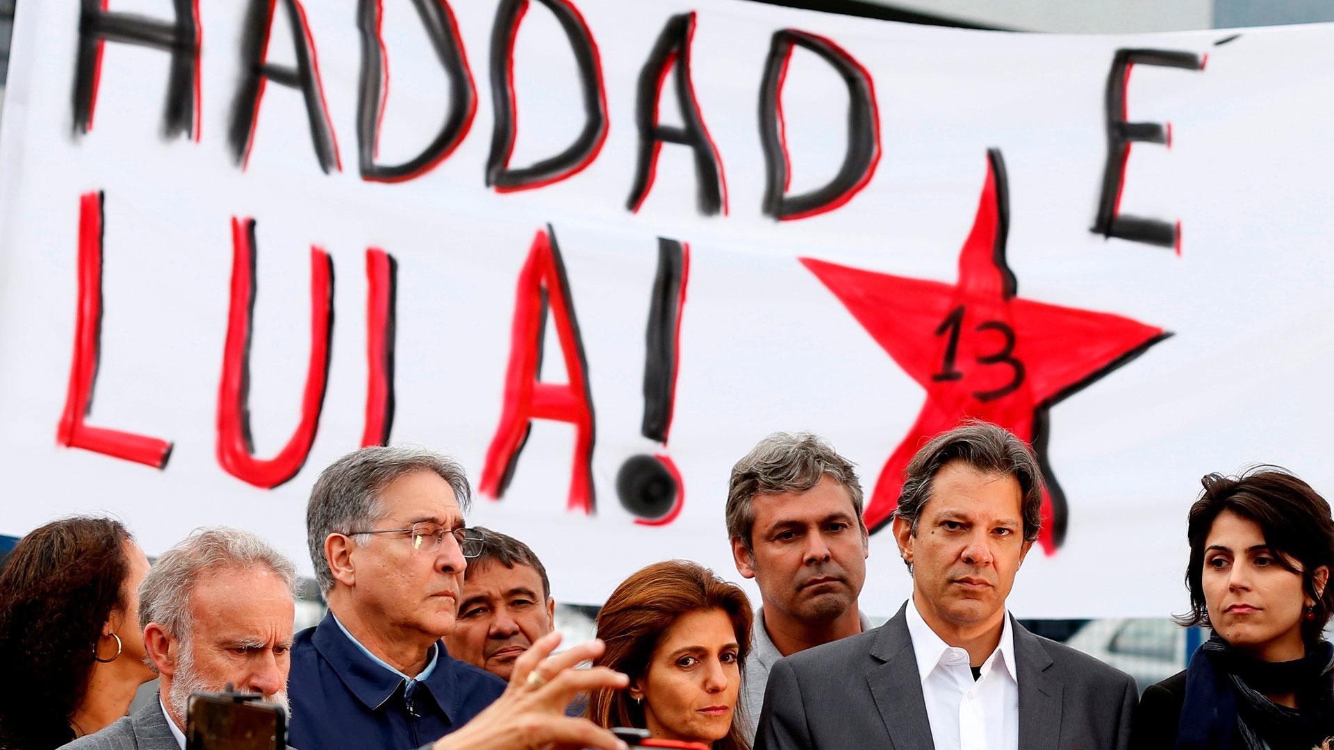 """""""Es la hora de salir a las calles con la cabeza erguida y vamos a ganar estas elecciones"""", dijo Fernando Haddad en su primer discurso como candidato a la Presidencia de Brasil (Reuters)"""