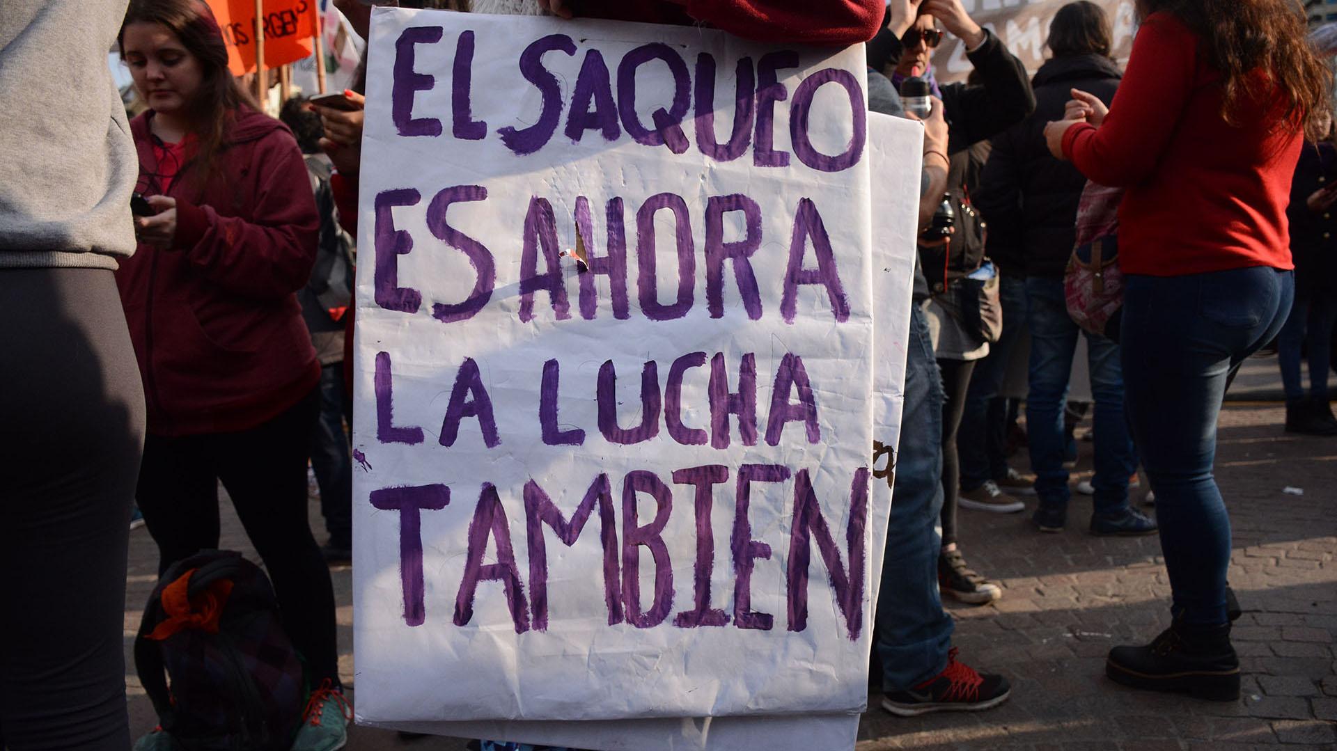 Los manifestantes marcharon con carteles y banderas con críticas al gobierno nacional