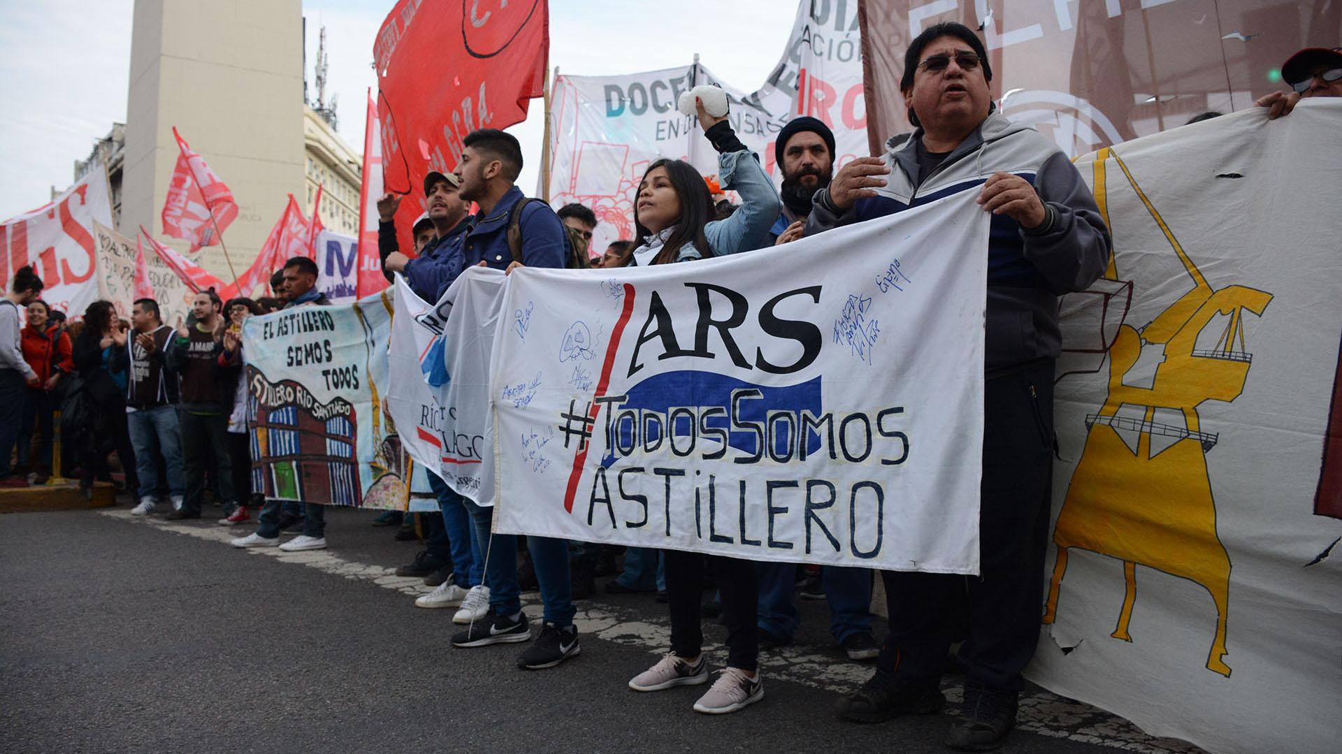 Los ex empleados del astillero durante la manifestación en el Obelisco