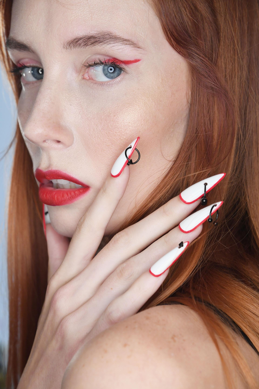 Una apuesta vanguardista que impone el nail art con piercings como accesorios