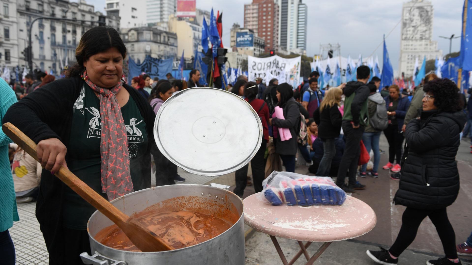 Las ollas populares se instalaron desde temprano en las calles de la ciudad