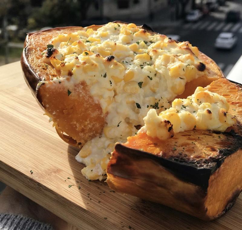 Zapallo relleno con queso crema y choclo, una de las recetas saladas elaboradas por Emily Lucius para su cuenta de Instagram